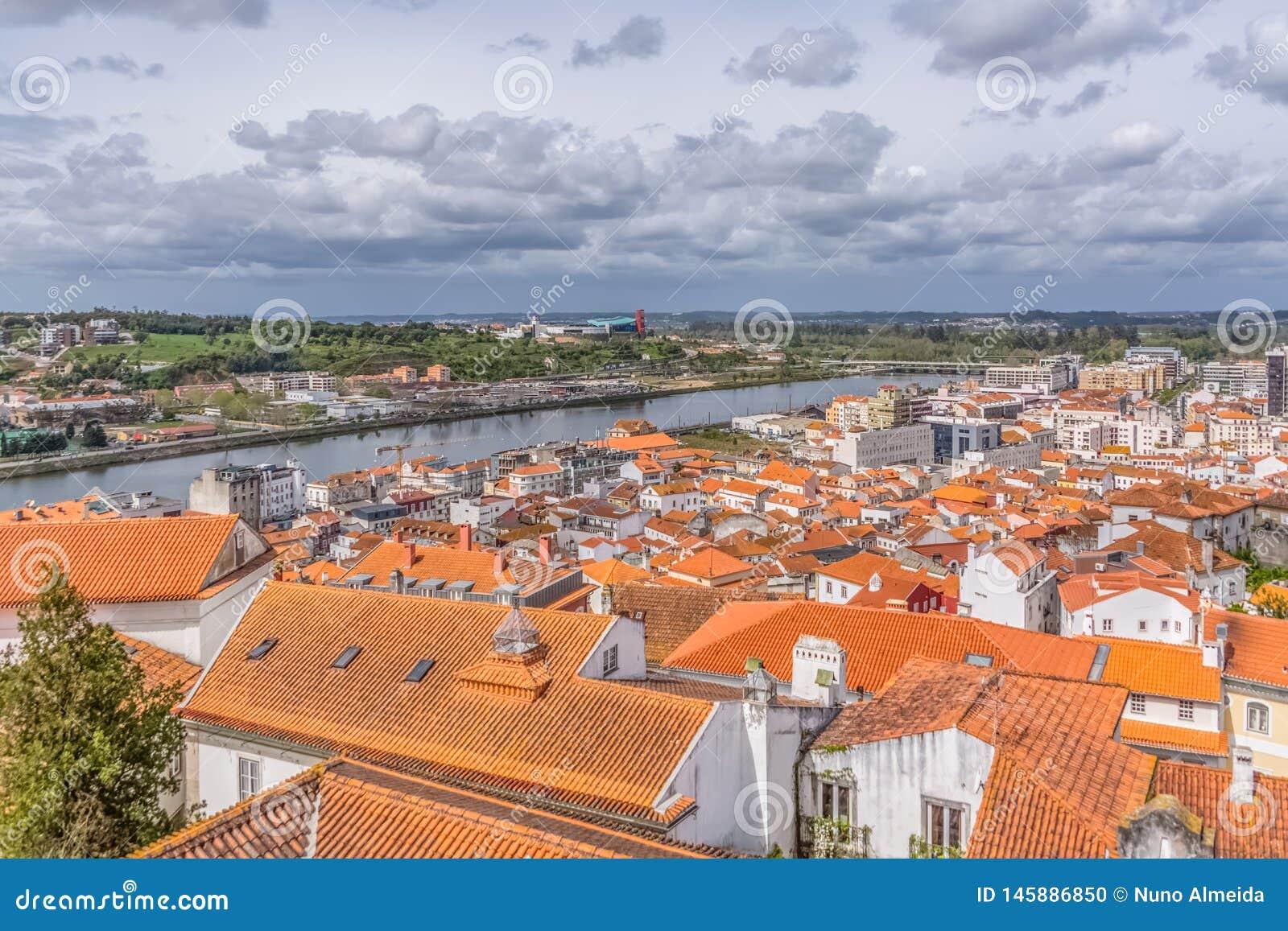 Widok z lotu ptaka na Mondego bankach z Coimbra miastem i rzece, niebo z chmurami jako tło, w Portugalia