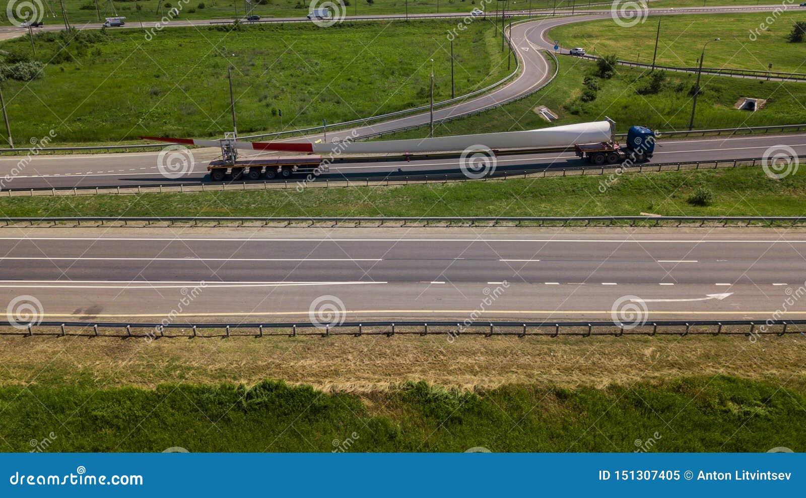 Widok z lotu ptaka nowożytnej autostrady drogowy skrzyżowanie na wiejskim krajobrazie