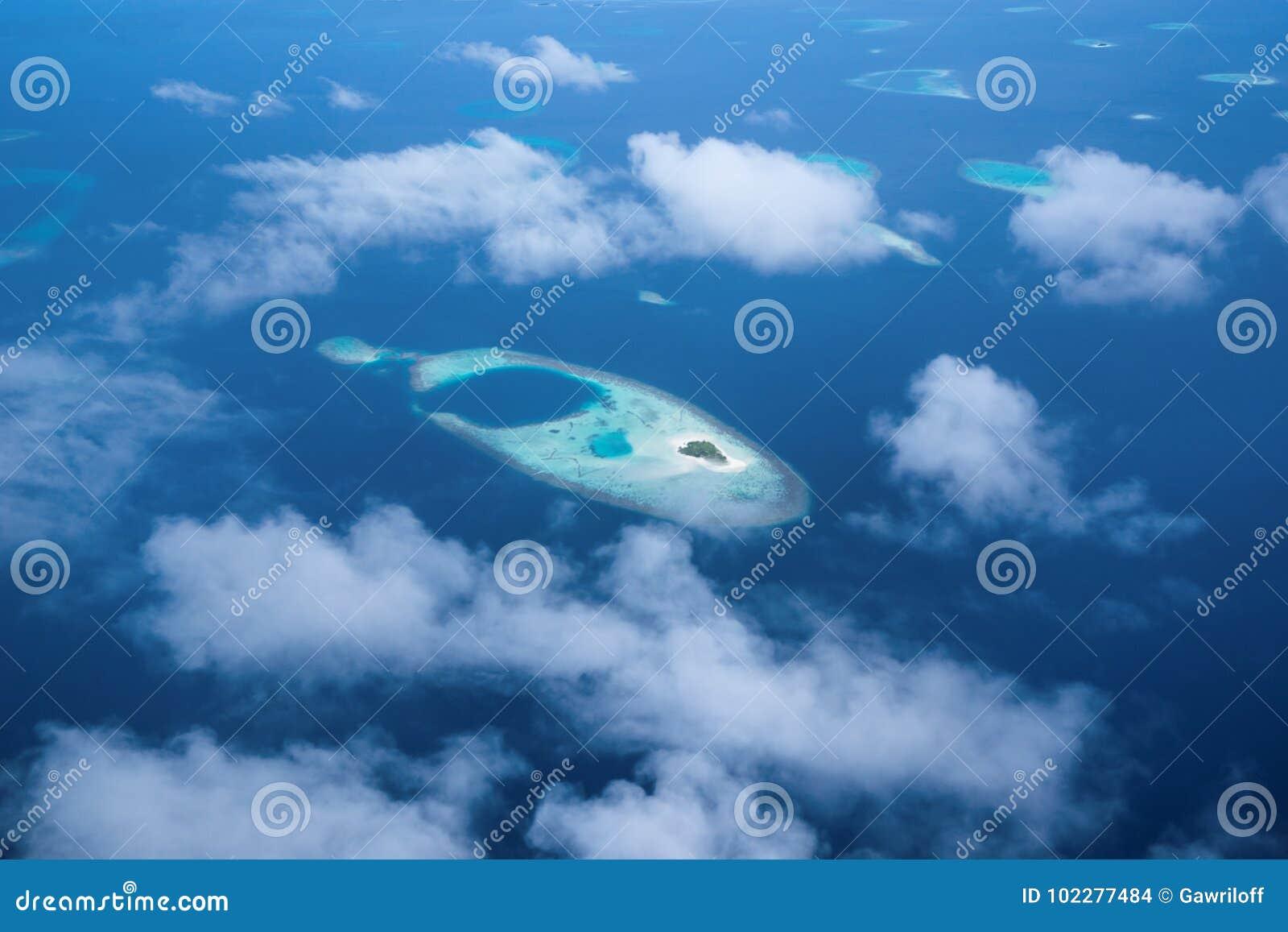 Widok Z Lotu Ptaka od hydroplanu okno nad atolami przy oceanem indyjskim Mal