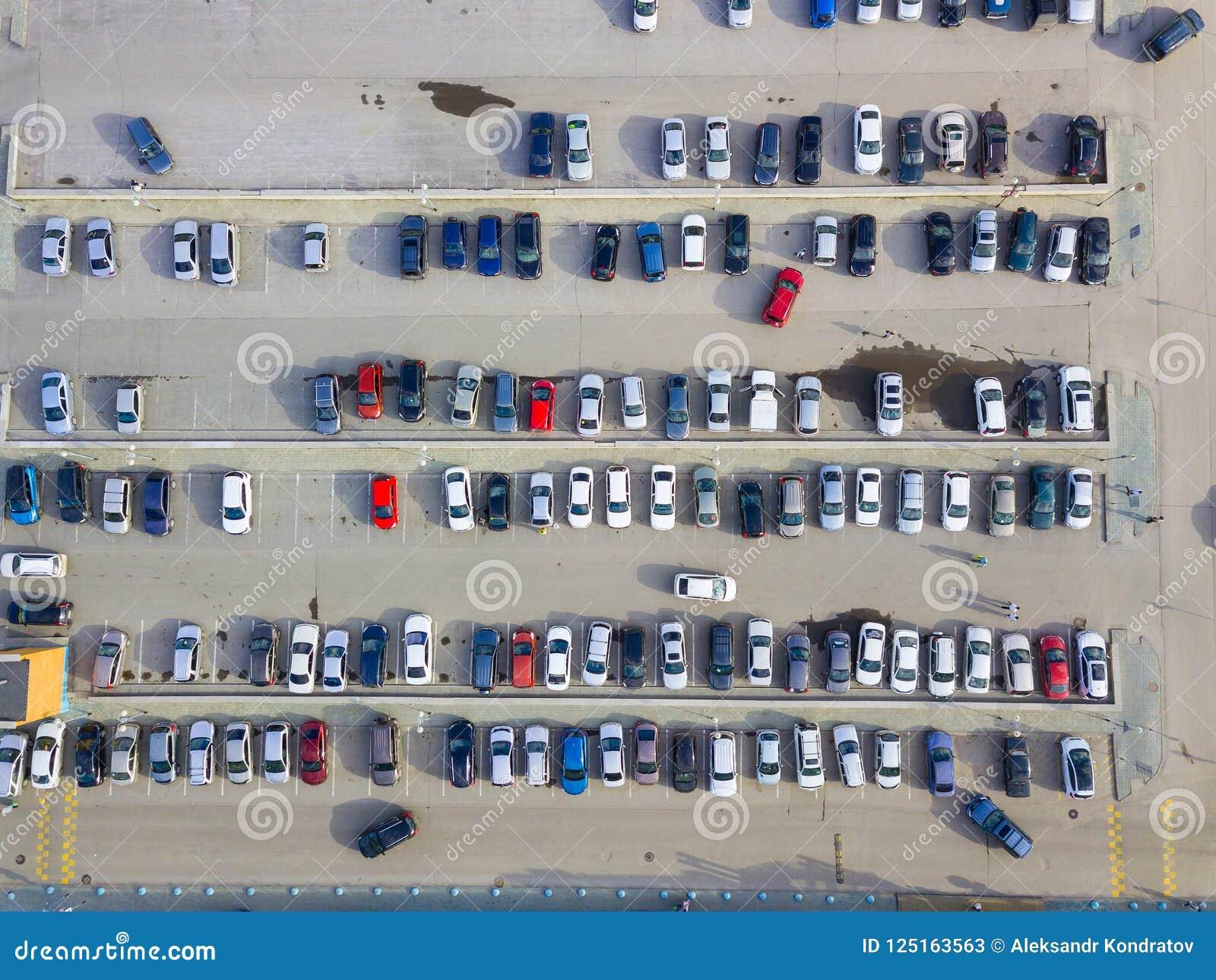 Widok z lotu ptaka ogromna liczba samochody różni gatunki i co
