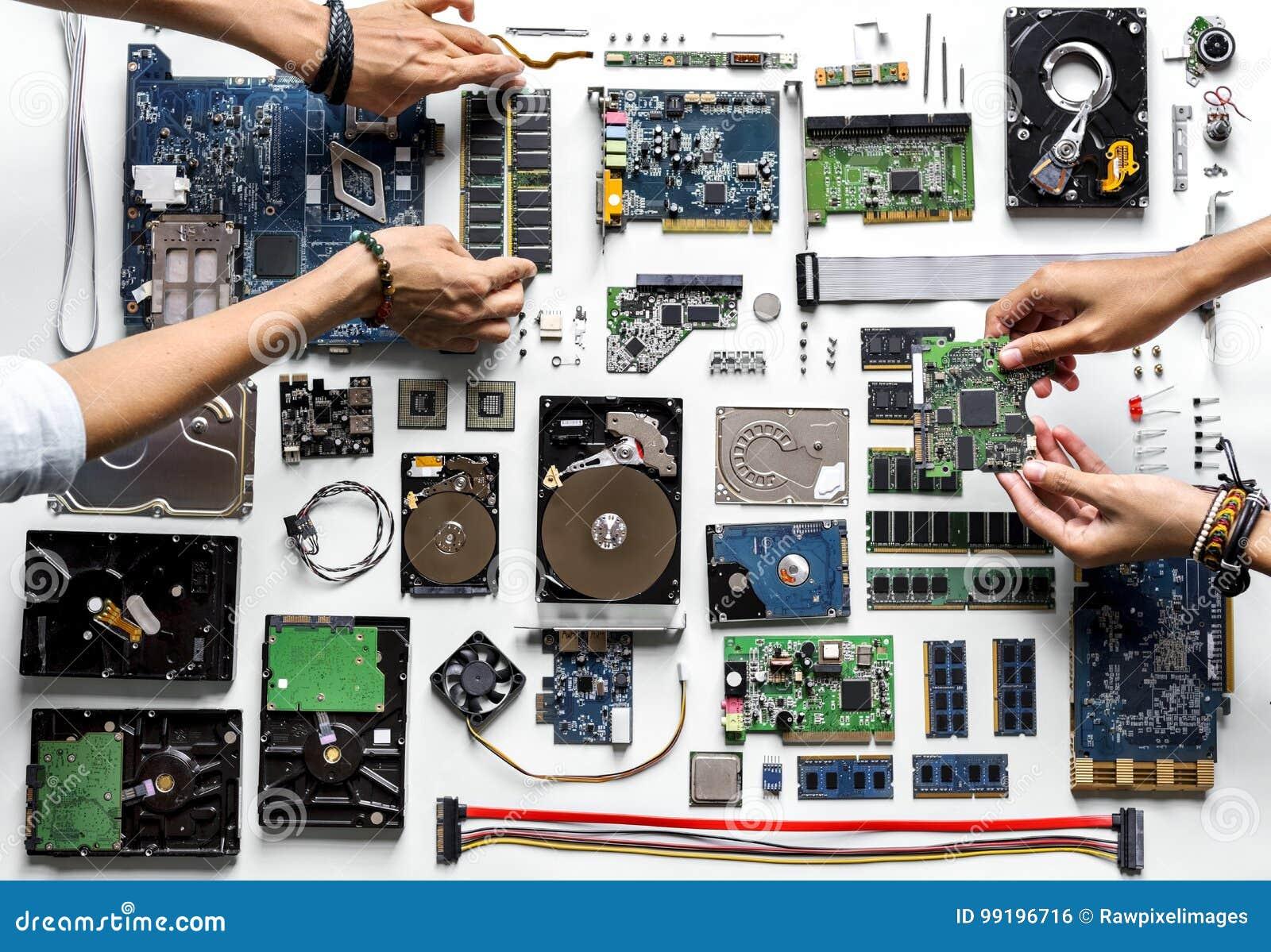 Widok z lotu ptaka ręki z komputerowymi elektronika rozdziela na białym tle