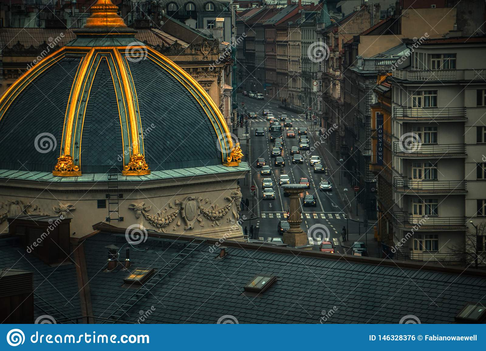 Widok z lotu ptaka samochody w ruchu drogowego Prague wieczór