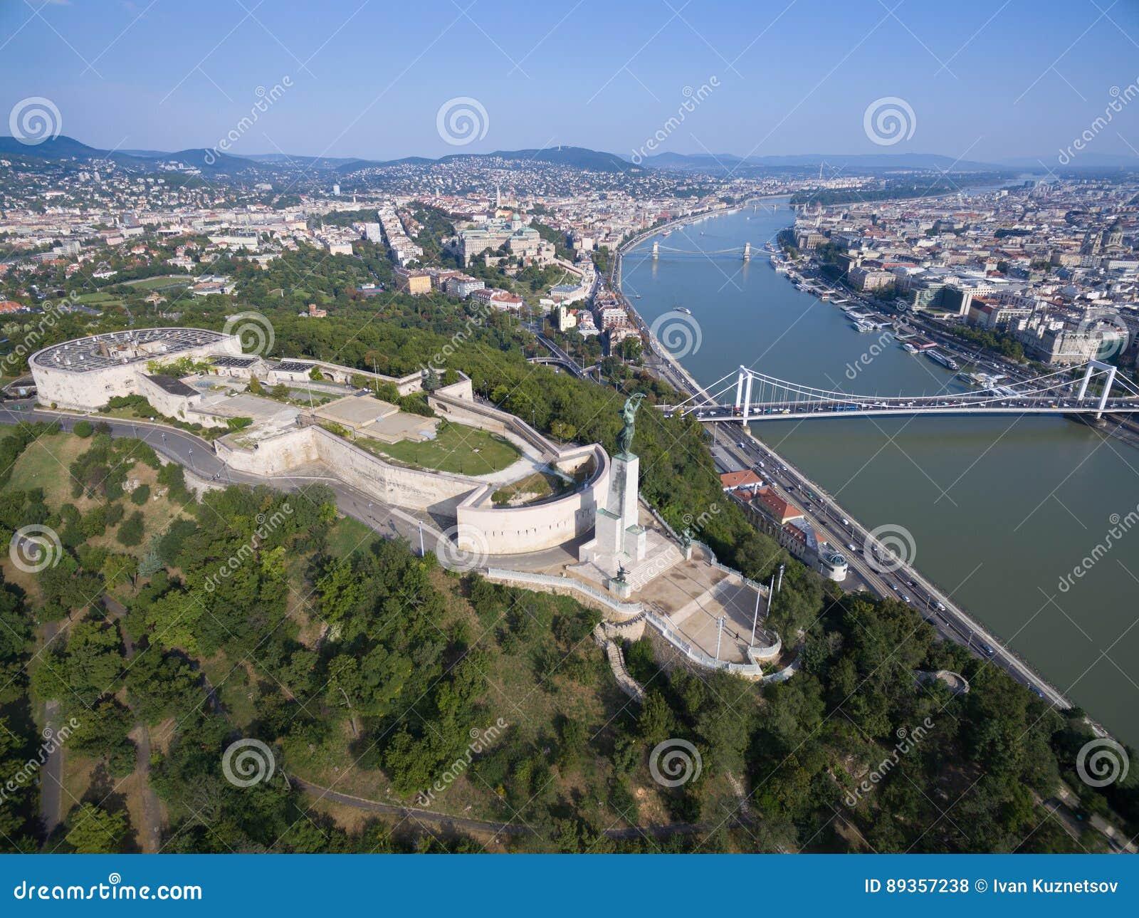 Widok z lotu ptaka swobody statua przy Gellert wzgórzem w Budapest