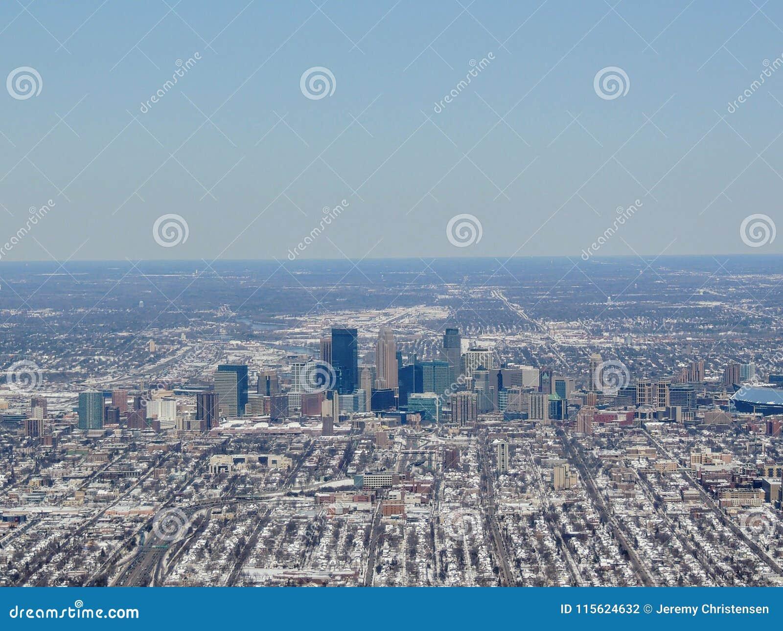 Widok z lotu ptaka ten Minneapolis który jest ważnym miastem w Minnestoa w Stany Zjednoczone, tworzy ` Bliźniaczych miast ` z sąs