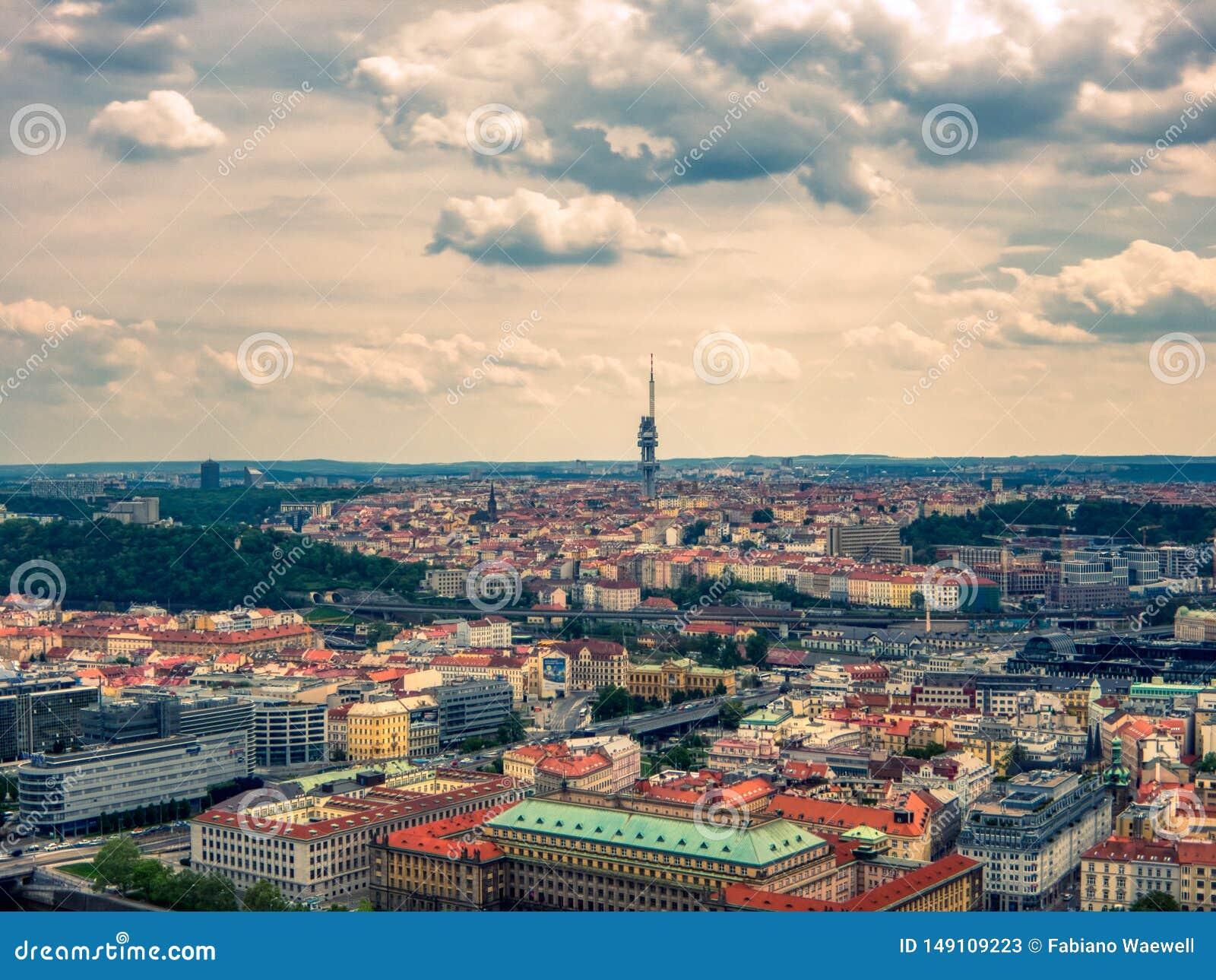 Widok z lotu ptaka tv wierza w Prague od Vltava rzeki