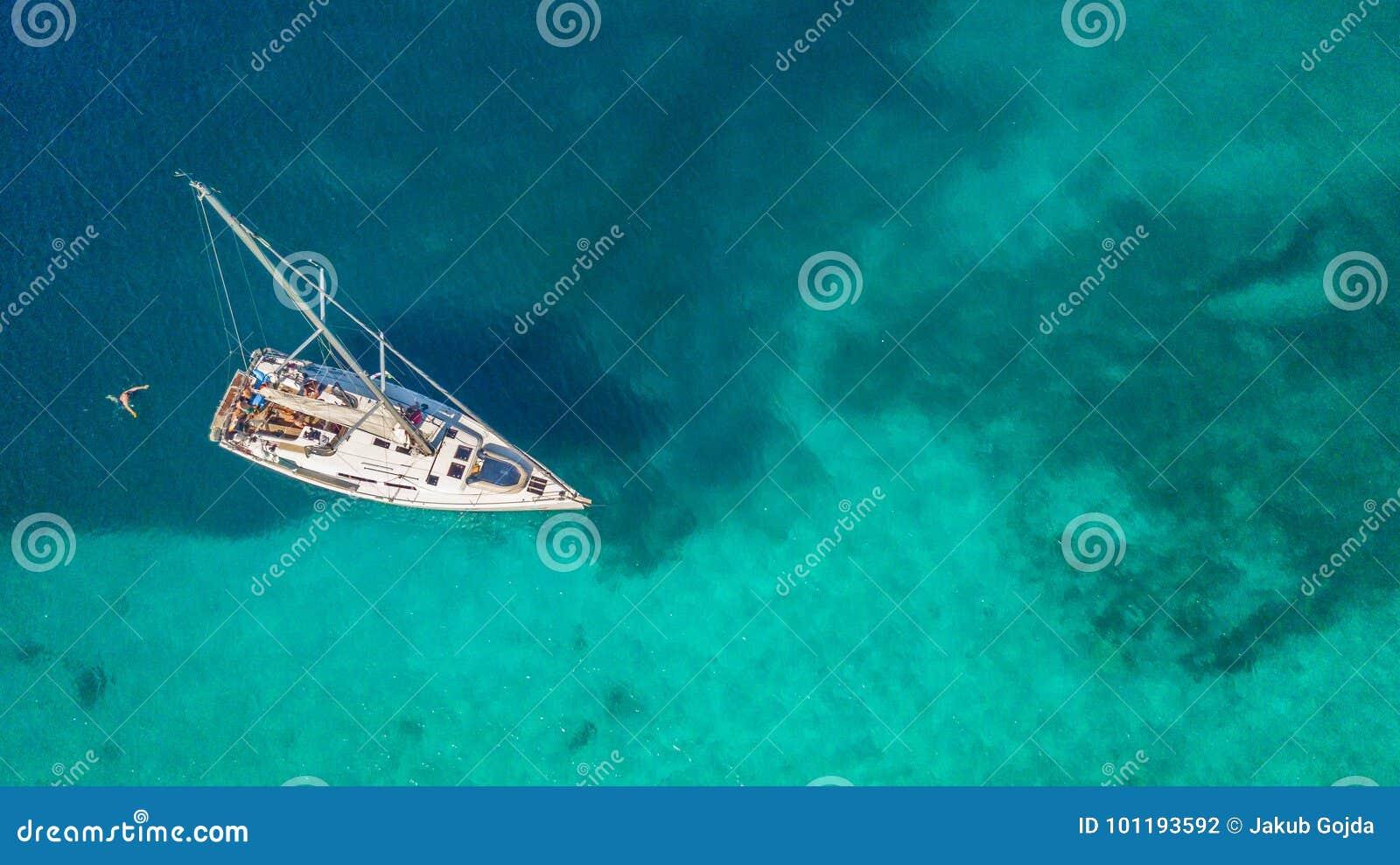 Widok z lotu ptaka zakotwicza na rafie koralowa żeglowanie łódź