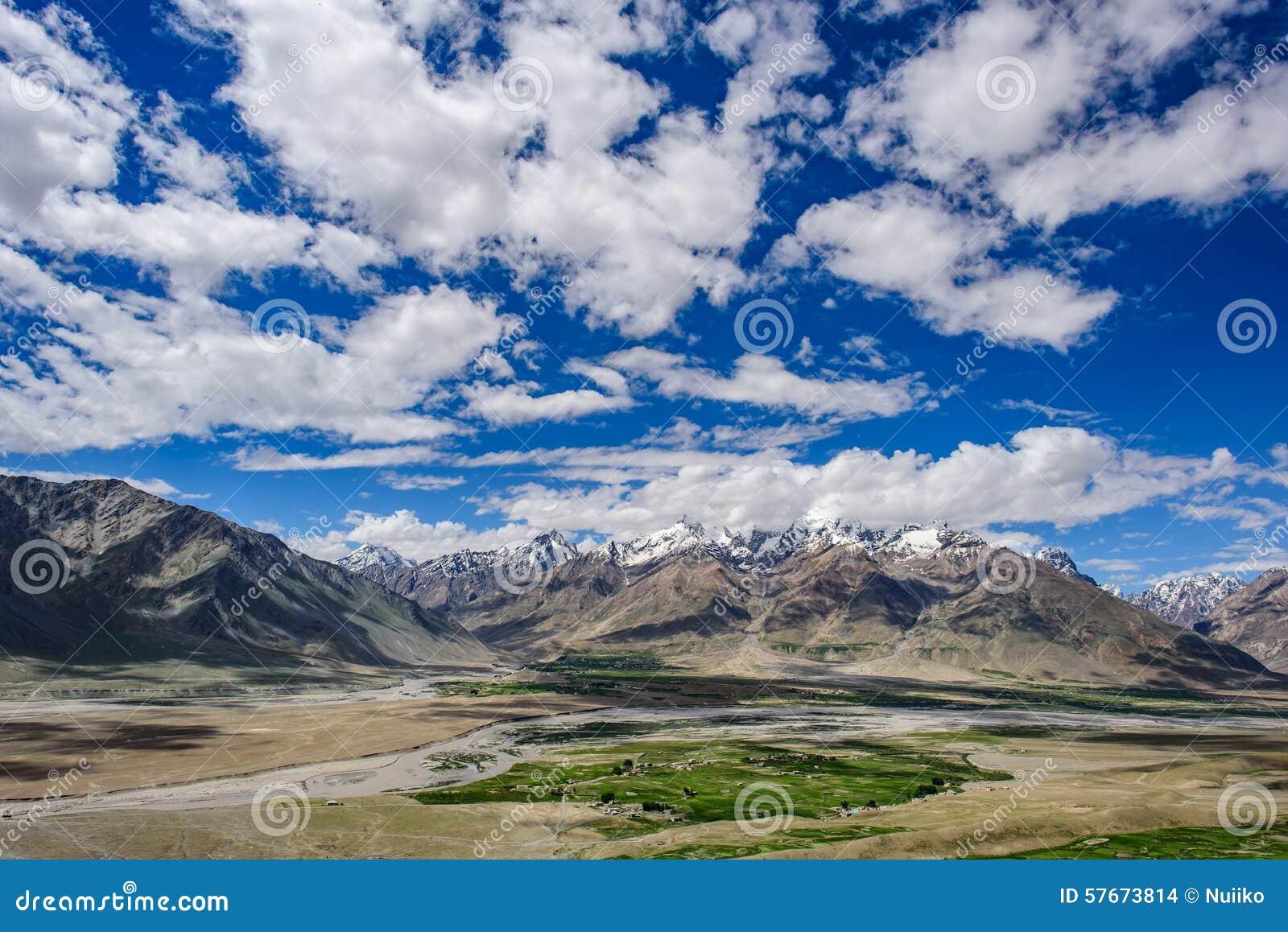 Widok Zanskar dolina wokoło Padum villange i wielki himalajskiego