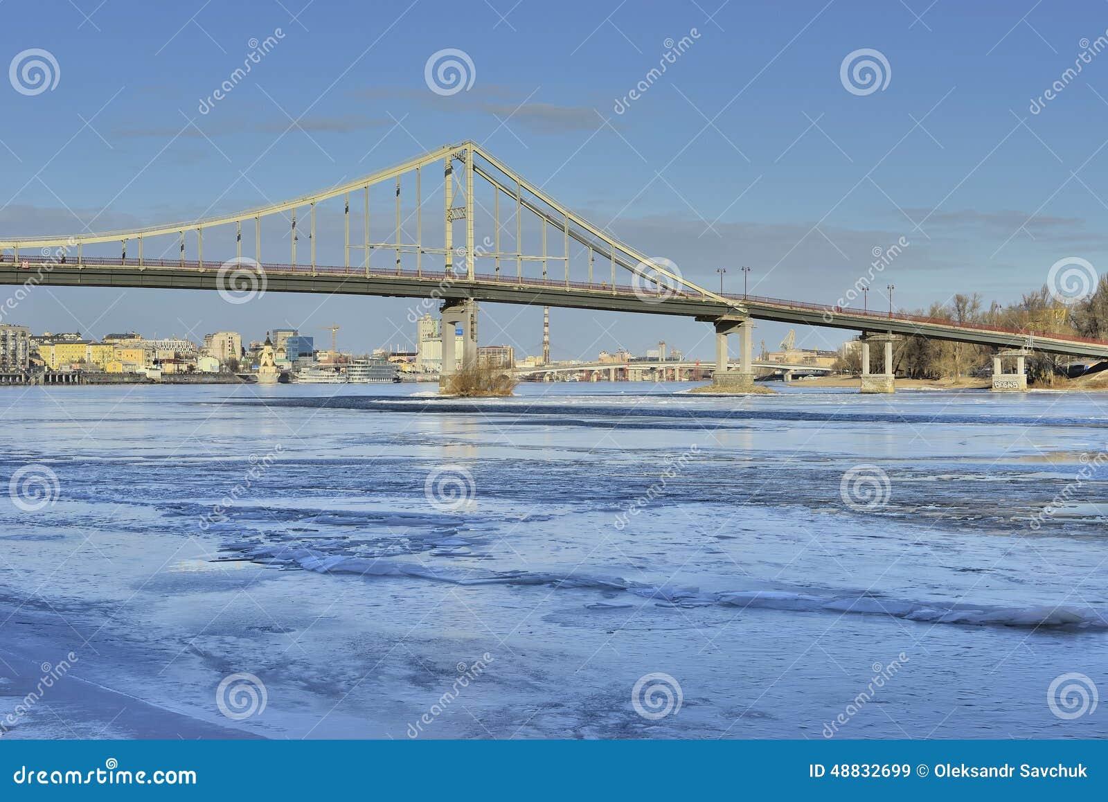 Widok Zaporoska rzeka i footbridge