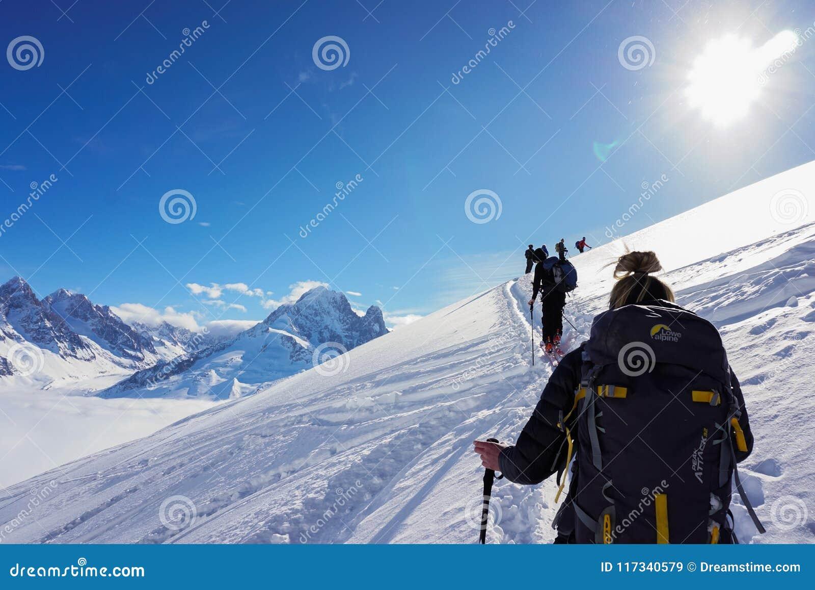 Widoki górscy w Chamonix podczas gdy Narciarski krajoznawstwo