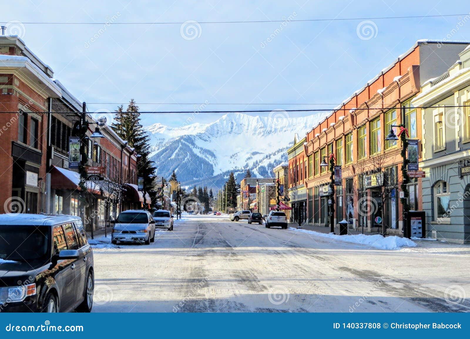 Widoku puszek ulicy w centrum Fernie, kolumbia brytyjska, Kanada na pogodnym ranku podczas zimy