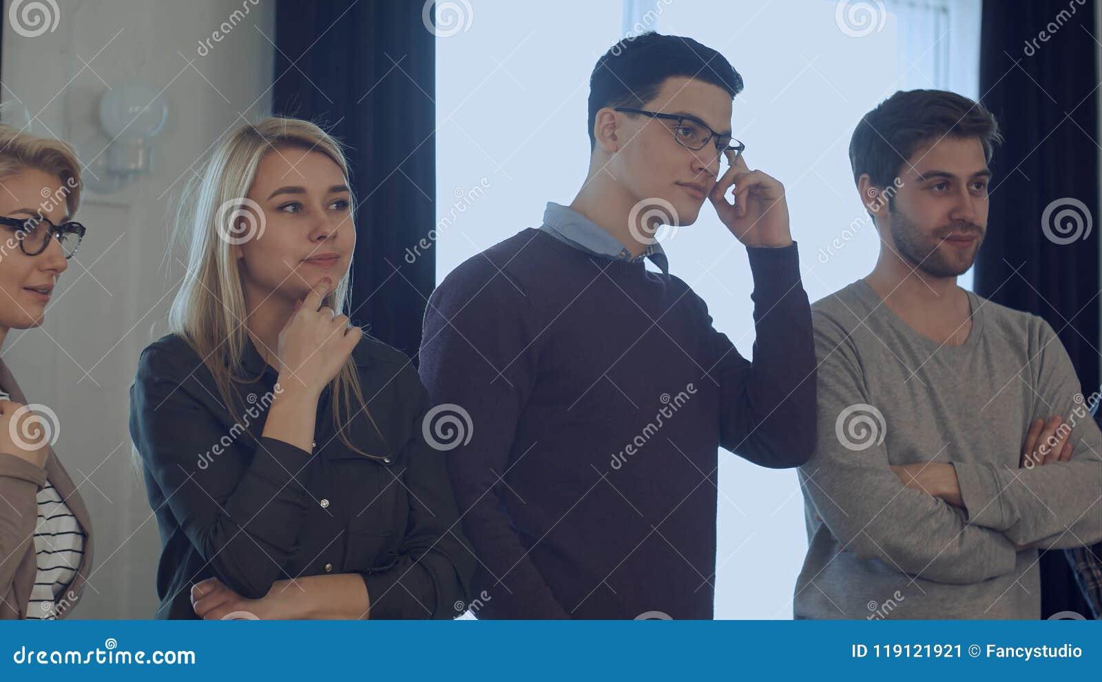 Widowni brainstorming, koledzy stoi i słucha trener