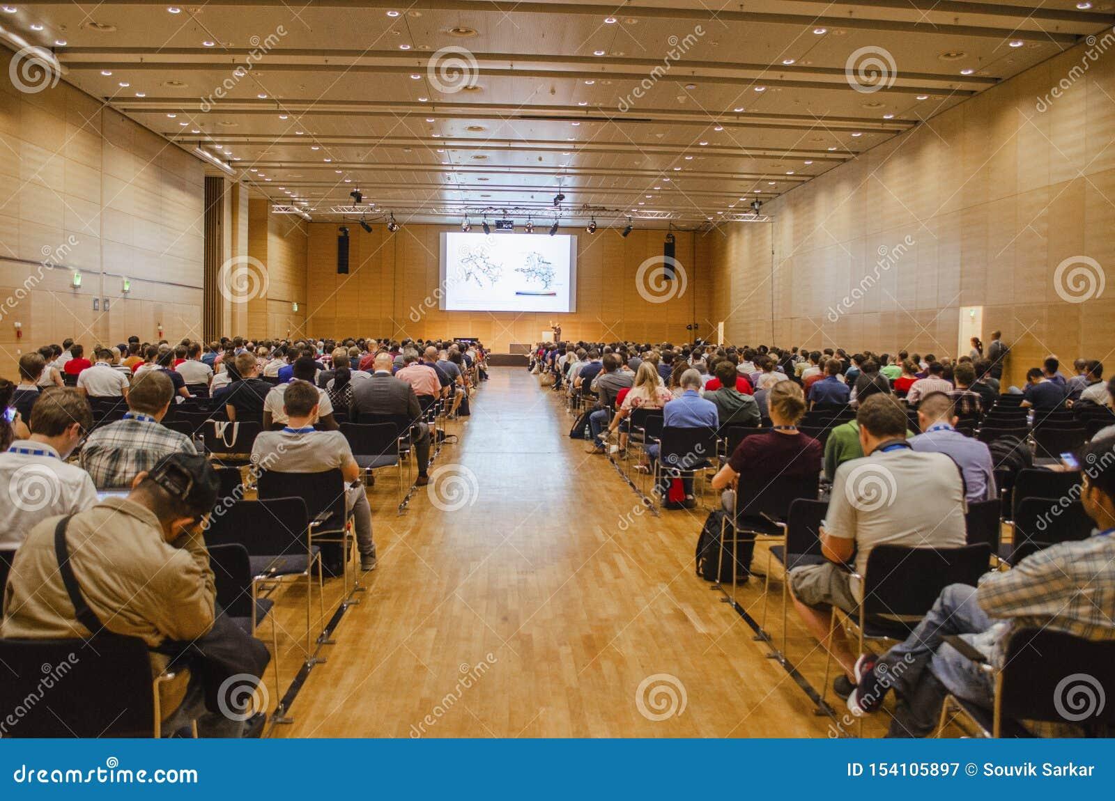 Widowni ludzie płaci uwagę naukowa prezentacja w Europejskiej konferencji