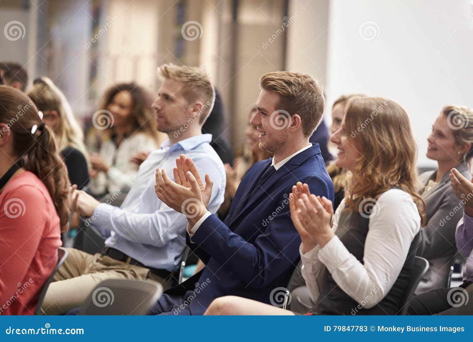 Widownia Oklaskuje mówcy Po Konferencyjnej prezentaci