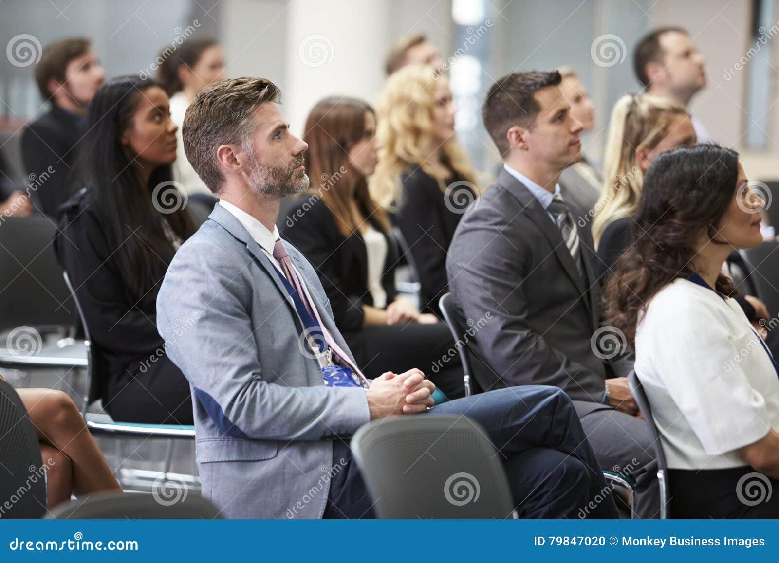 Widownia Słucha mówca Przy Konferencyjną prezentacją