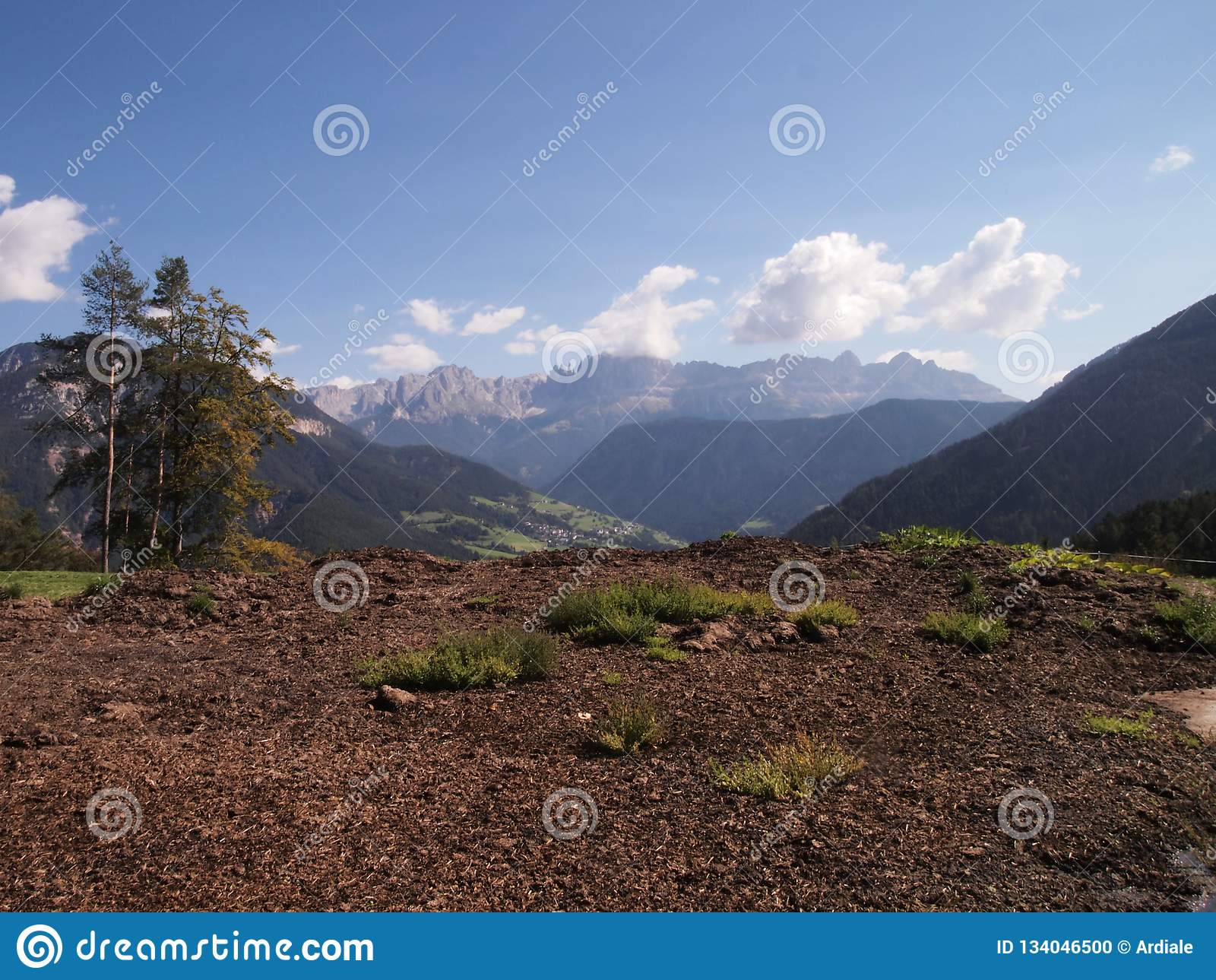 Wieś krajobraz w dolomitach