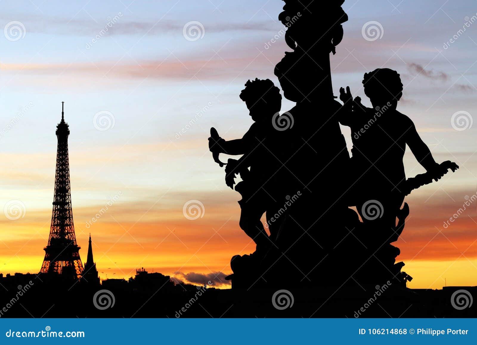 Wieża Eifla i Alexandre III rzeźb bridżowe sylwetki podczas Paryjskiego zmierzchu
