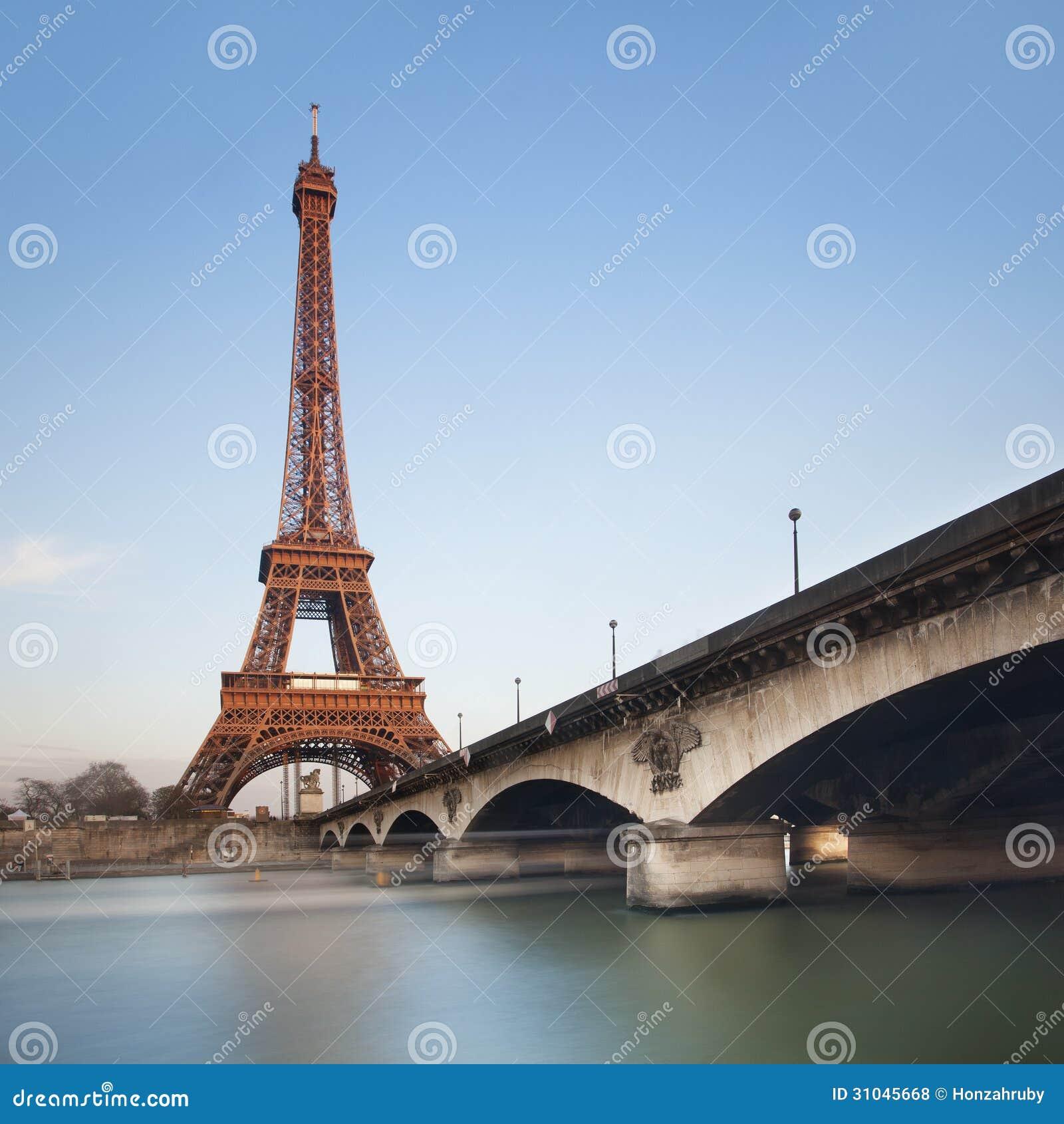 Wieża Eifla nad niebieskim niebem przy zmierzchem, Paryż