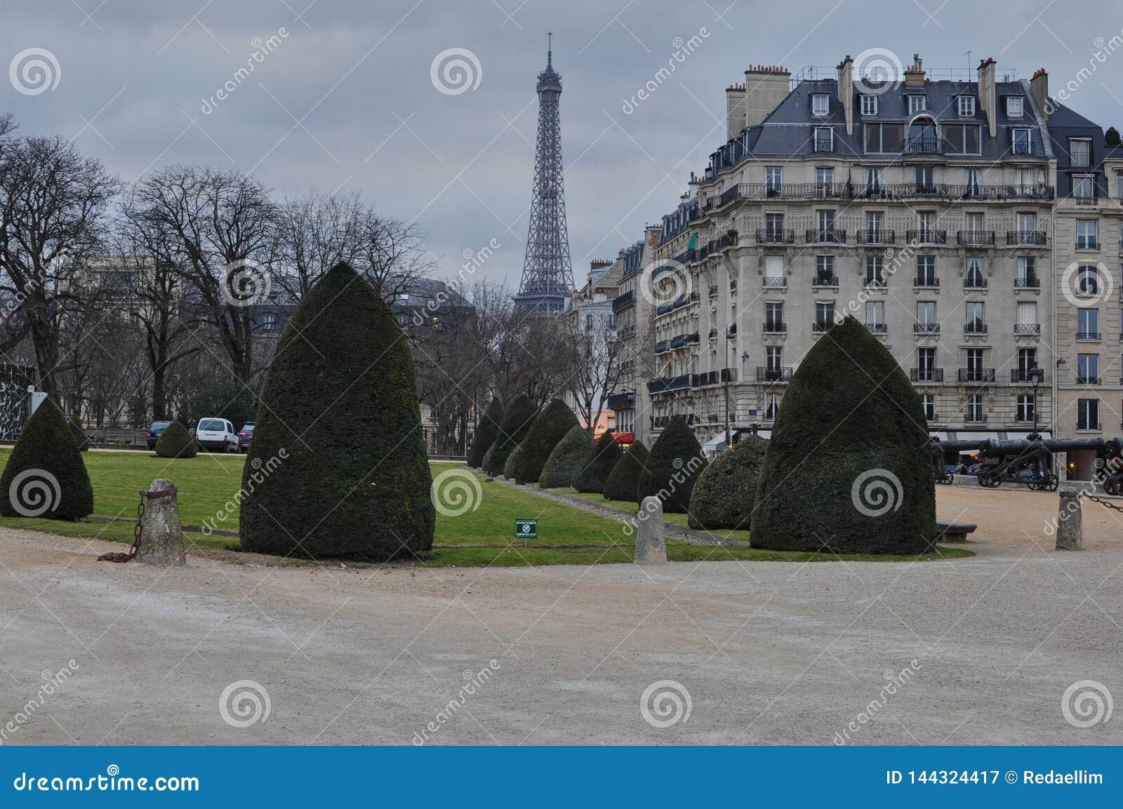 Wieża Eifla od wojska muzealny «Les Invalides «, Paryż, Francja