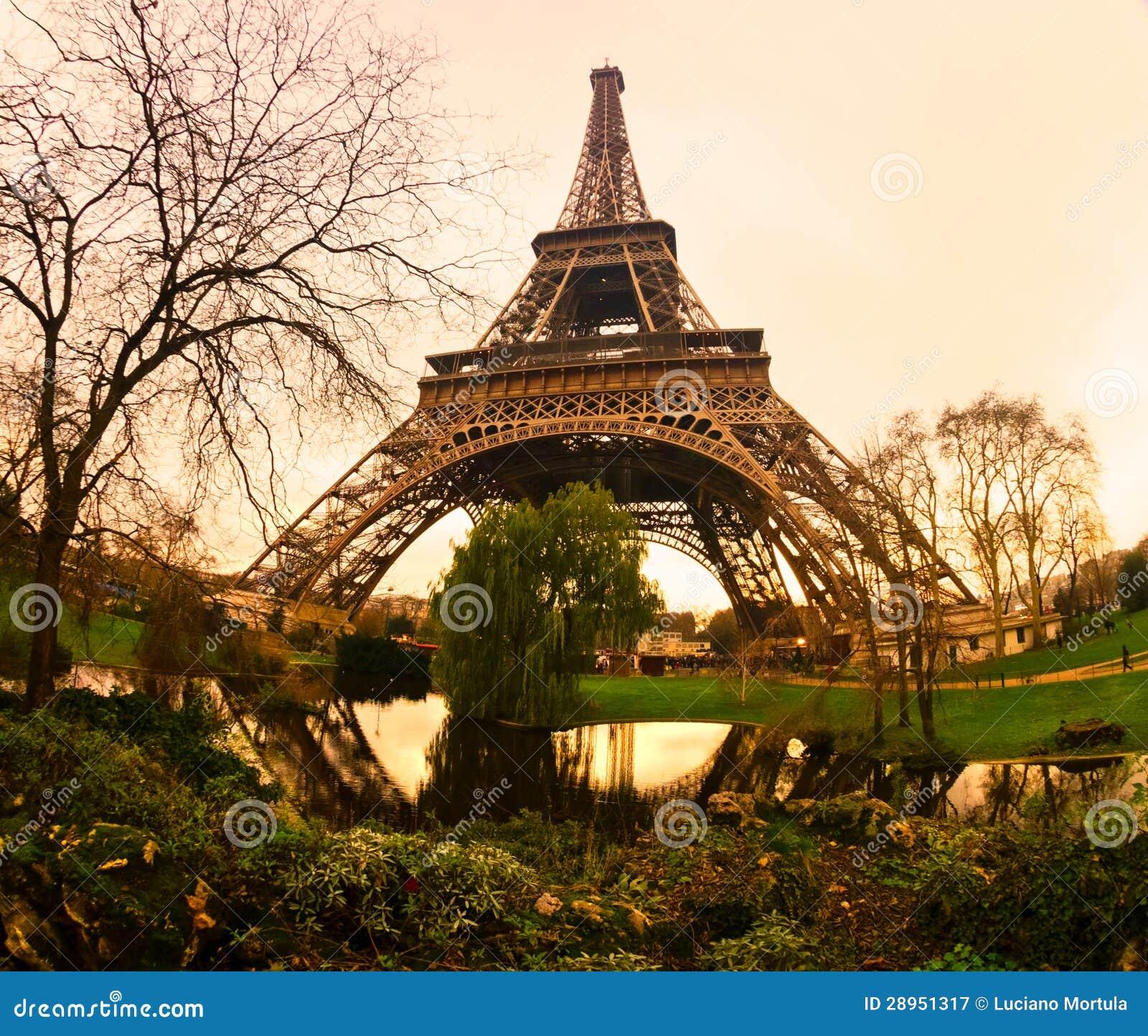 Wieża Eifla przy wschodem słońca, Paryż.