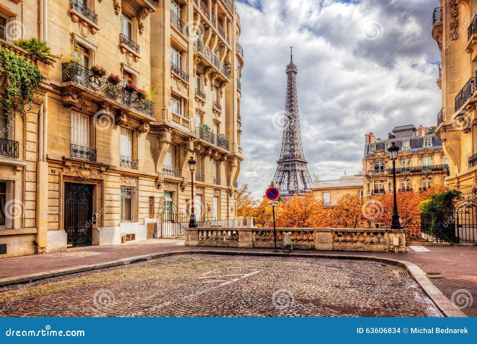 Wieża Eifla widzieć od ulicy w Paryż, Francja Brukowa bruk