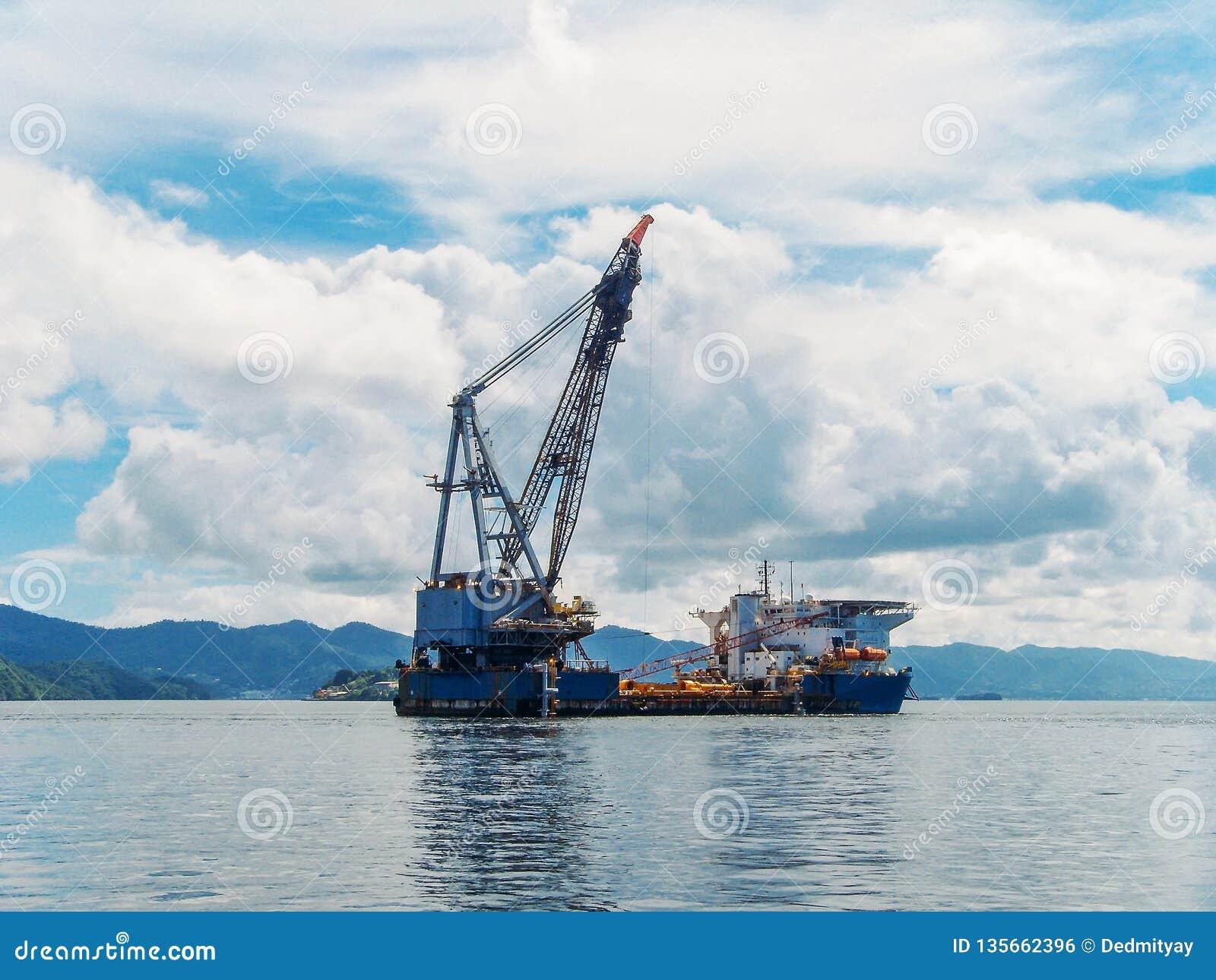 Wieża wiertnicza w zatoce tropikalne wyspy, eksploracja i produkcja olej w oceanie,