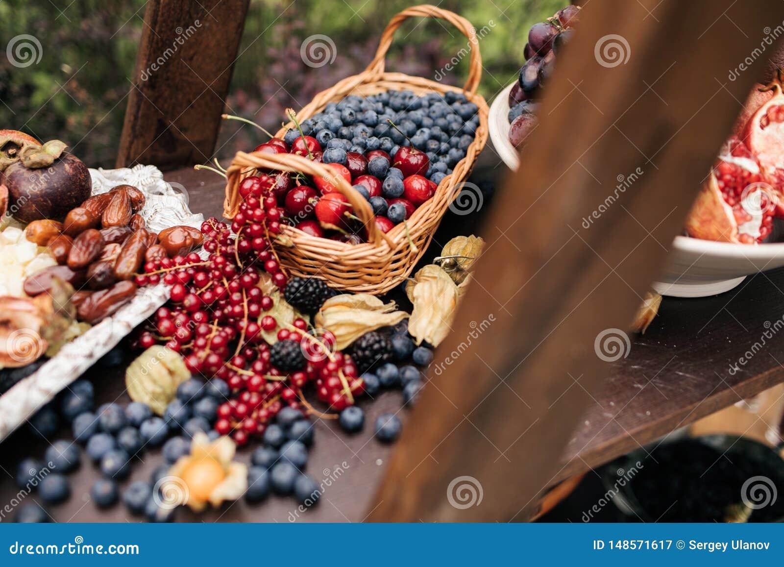 ?wie?e czarne jagody, rodzynki, czernicy, cranberries i malinki,