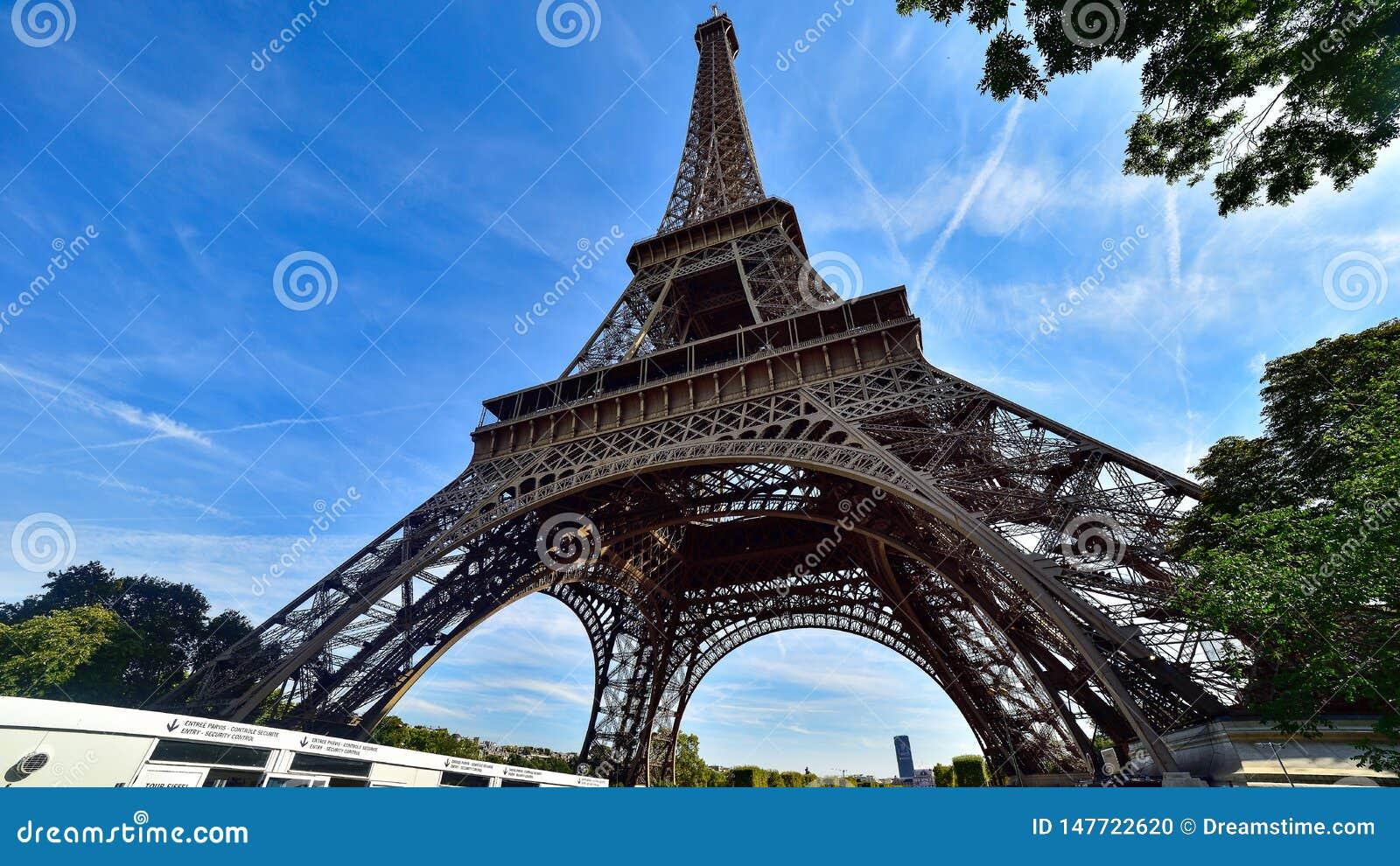 Wie?a Eifla w Paryskim widoku spod spodu