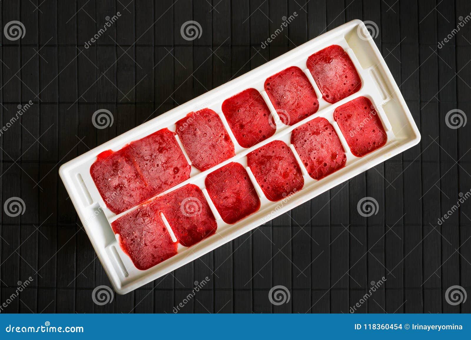 Wie man Erdbeeren einfriert Das Erdbeerpüree wird im Th eingefroren