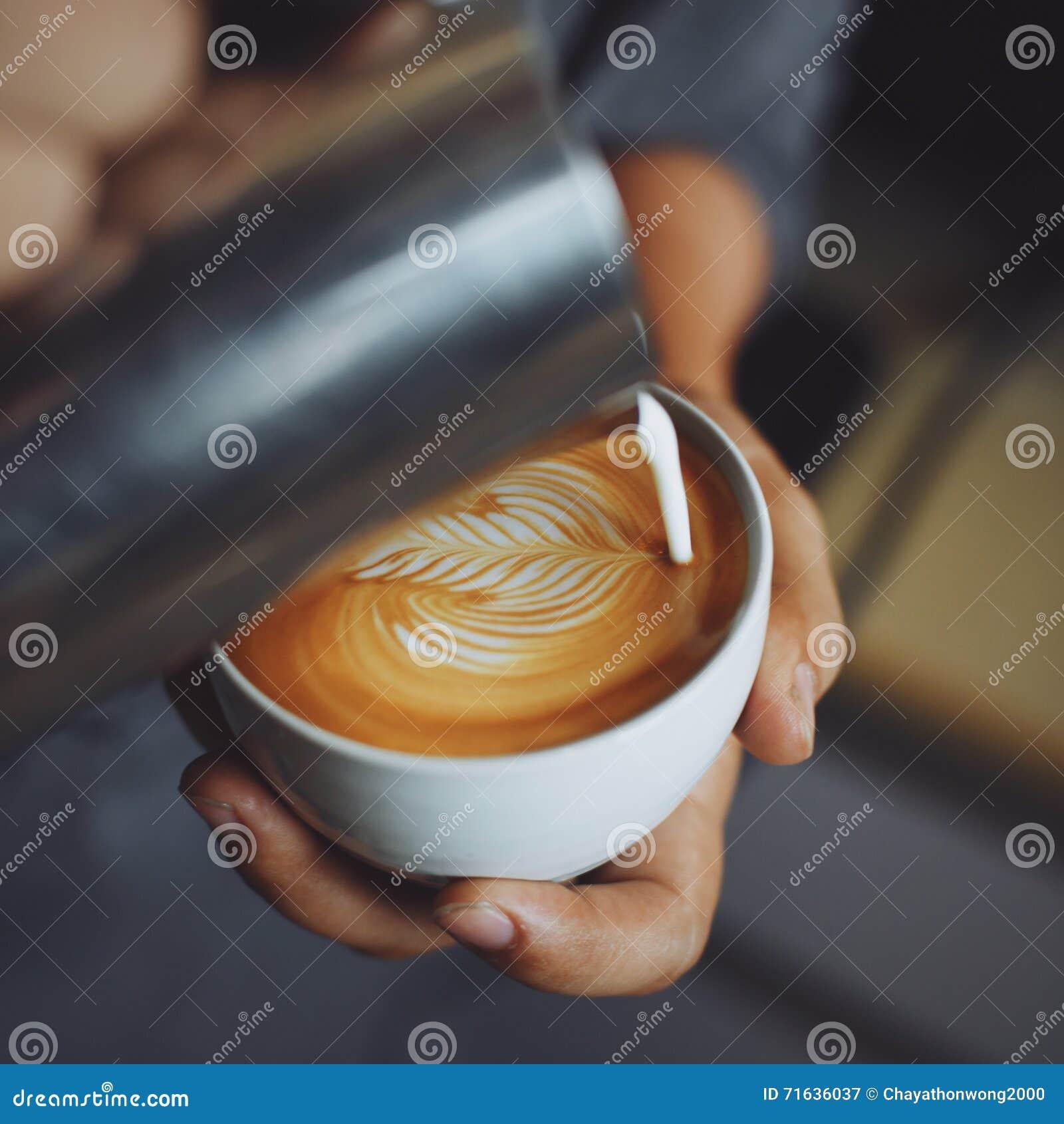 Wie Man Kaffee Lattekunst Durch Barista Im Weinlesefarbton ...