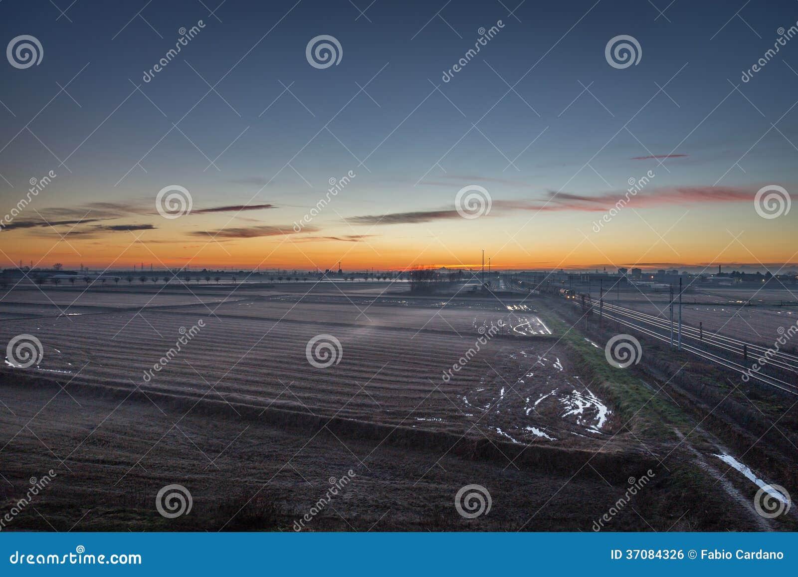 Download Wieś przy zmierzchem zdjęcie stock. Obraz złożonej z horyzont - 37084326
