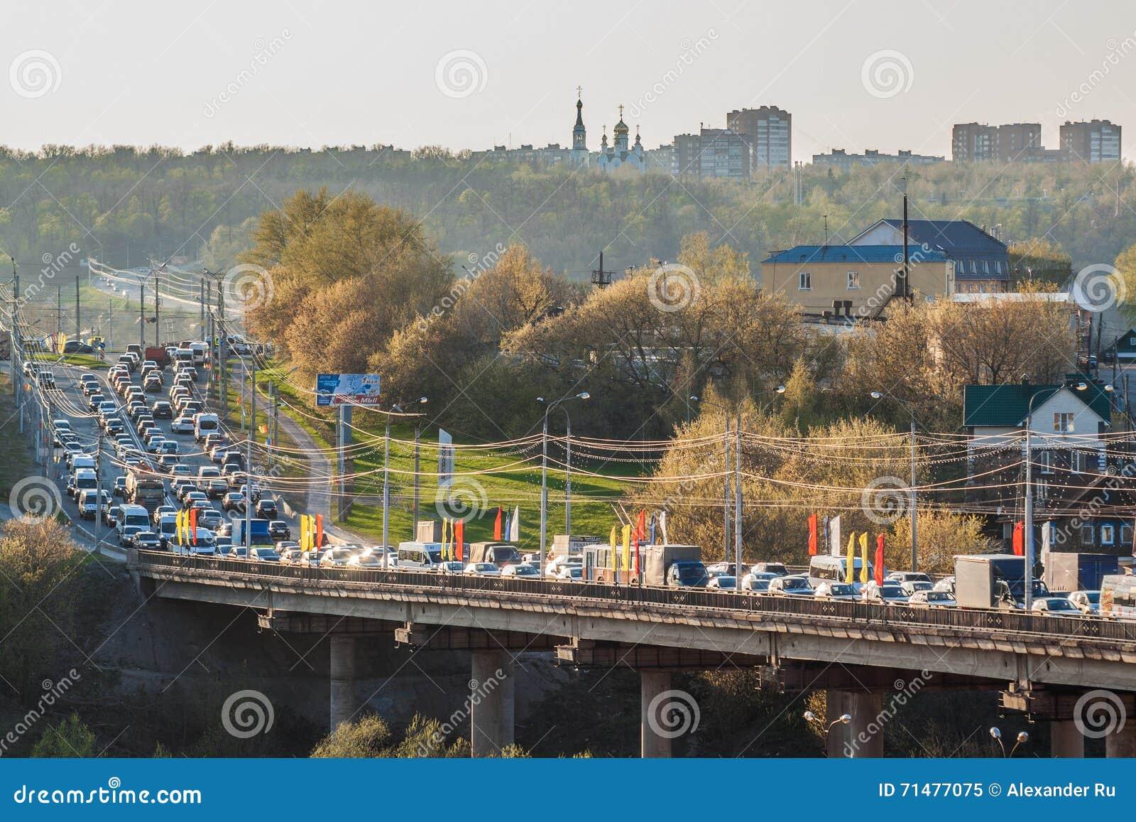 Wieczór ruchu drogowego dżem na bridżowym Surgut mieście Cheboksary, Chuvash republika Rosja Kwiecień 30, 2016