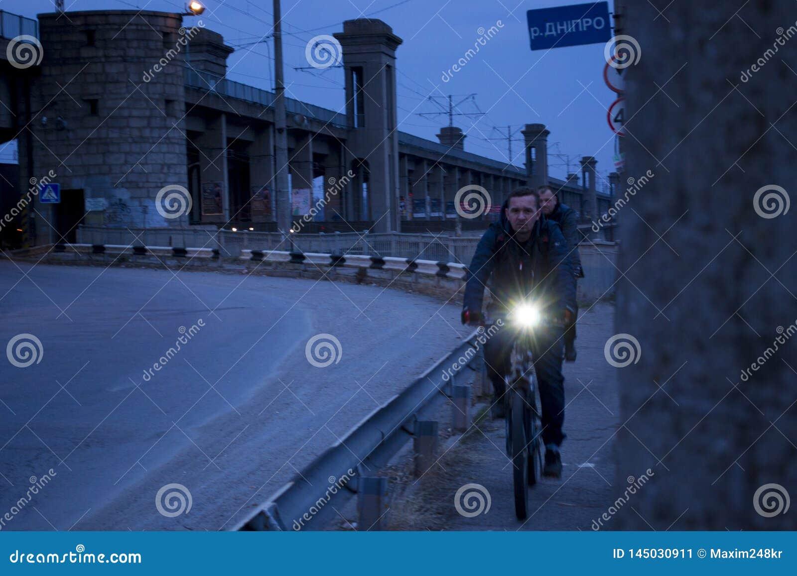 Wieczór spacer przez Zaporozhye na moście