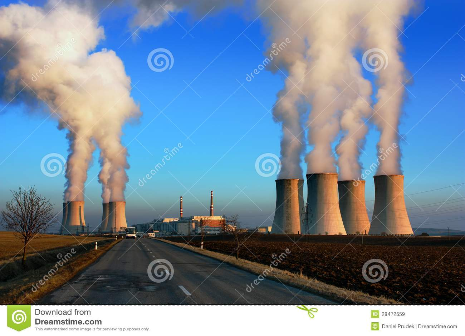Wieczór widok elektrownia jądrowa Dukovan