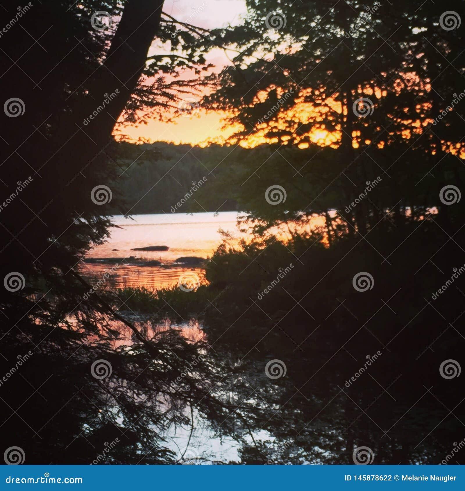 Wieczór zmierzch odbijający na jeziorze