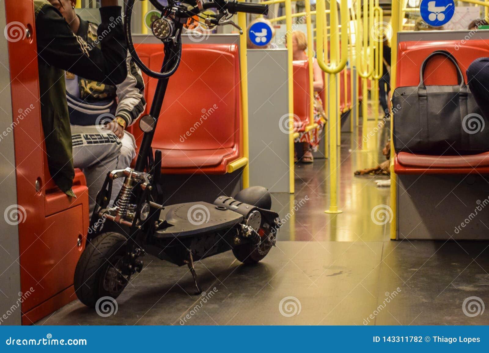 Wiedeń Austria, Wrzesień, -, 16, 2019: Ludzie, zmotoryzowana hulajnoga i psy, są pasażerami wśrodku Wiedeń wagon metra