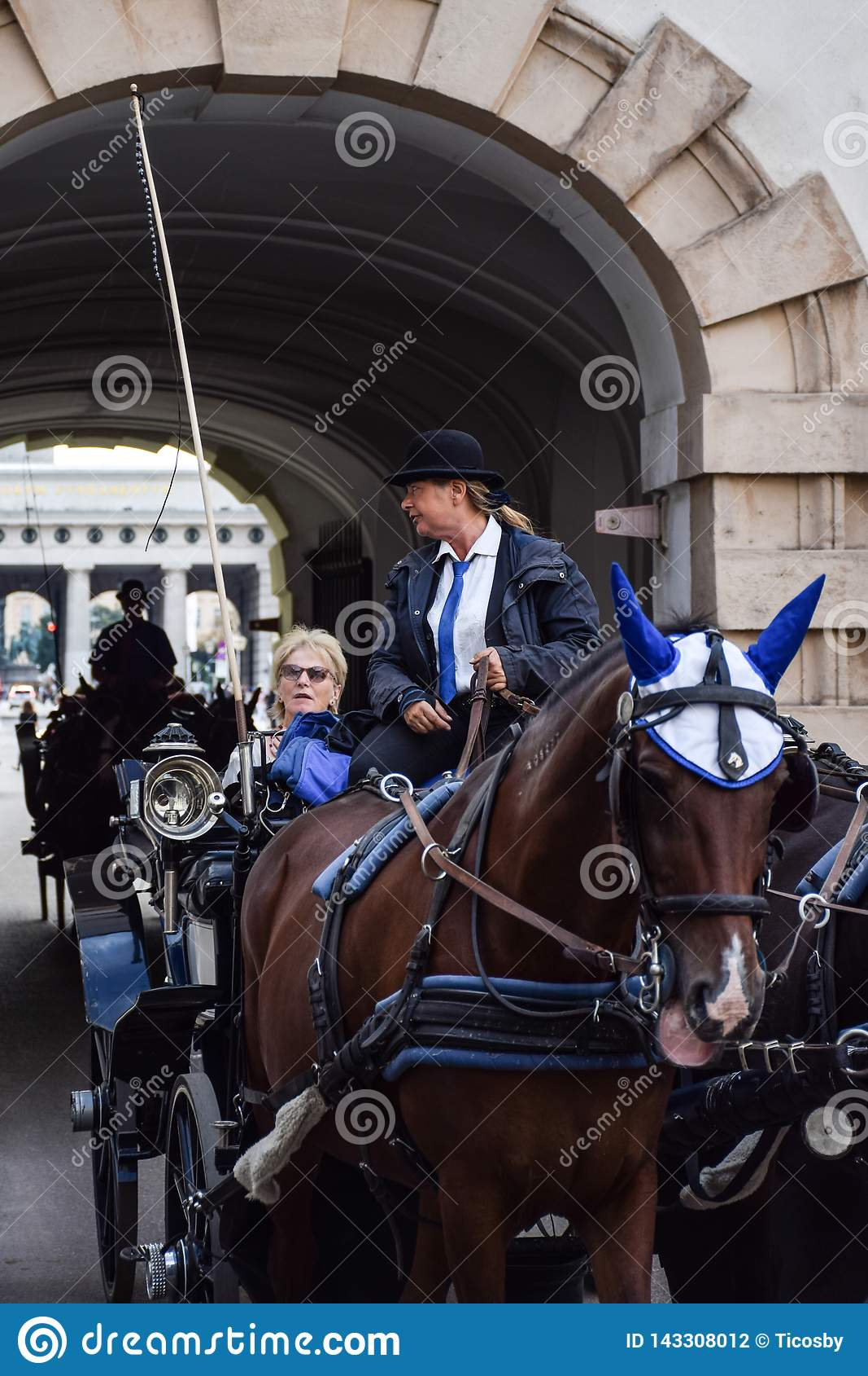 Wiedeń Austria, Wrzesień, -, 15, 2019: nFemale kareciany kierowca prowadzi turystów przez ulic Wiedeń podczas gdy