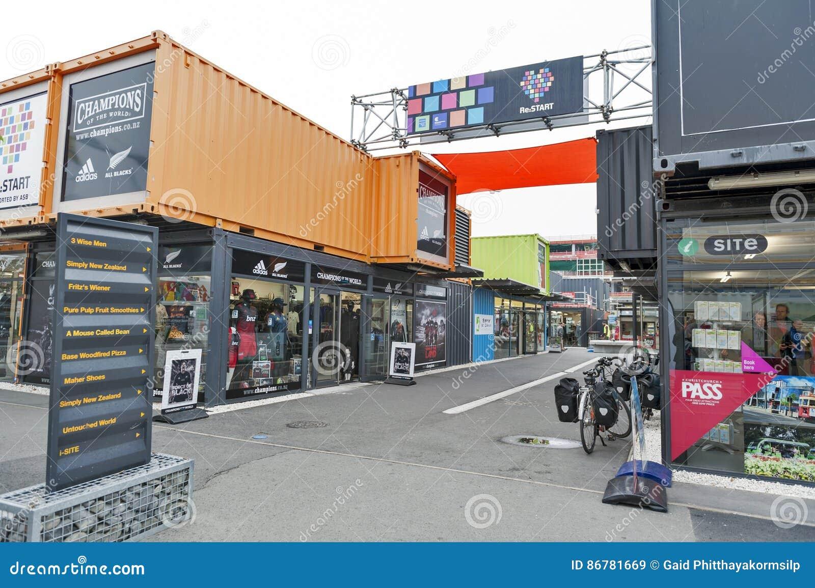 Wiederanlauf oder Re: BEGINNEN Sie Mall, einen Kleinraum im Freien, der Shops und aus Speichern in den Versandverpackungen besteh
