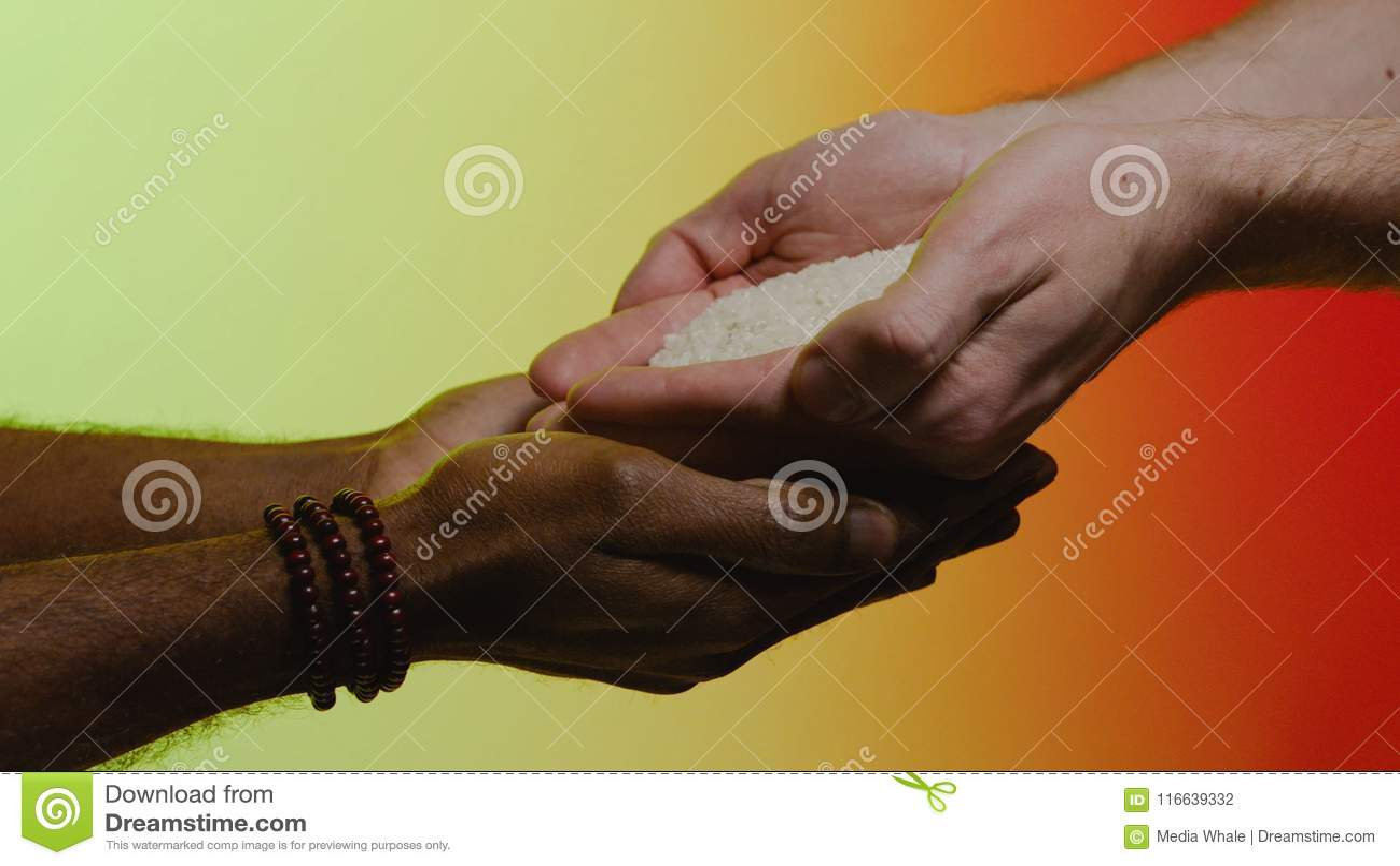 Wiedergabe 3d mit hdri Blitz ablage Empathie, Mitleid, Hilfe, Güte Humanitäre Hilfe zu den afrikanischen Ländern Hände gießen