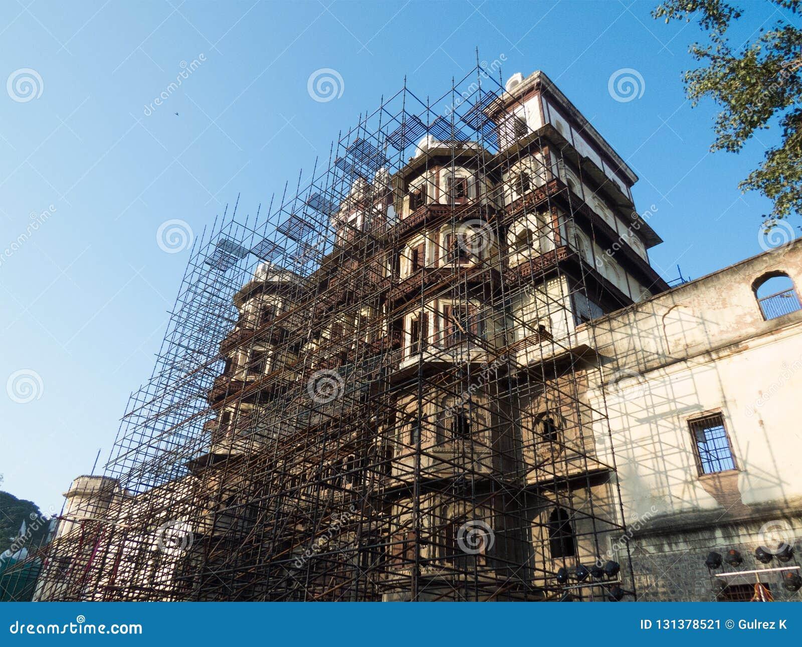 Wiederherstellungsarbeit über Rajabda-Palast von Indore-Indien