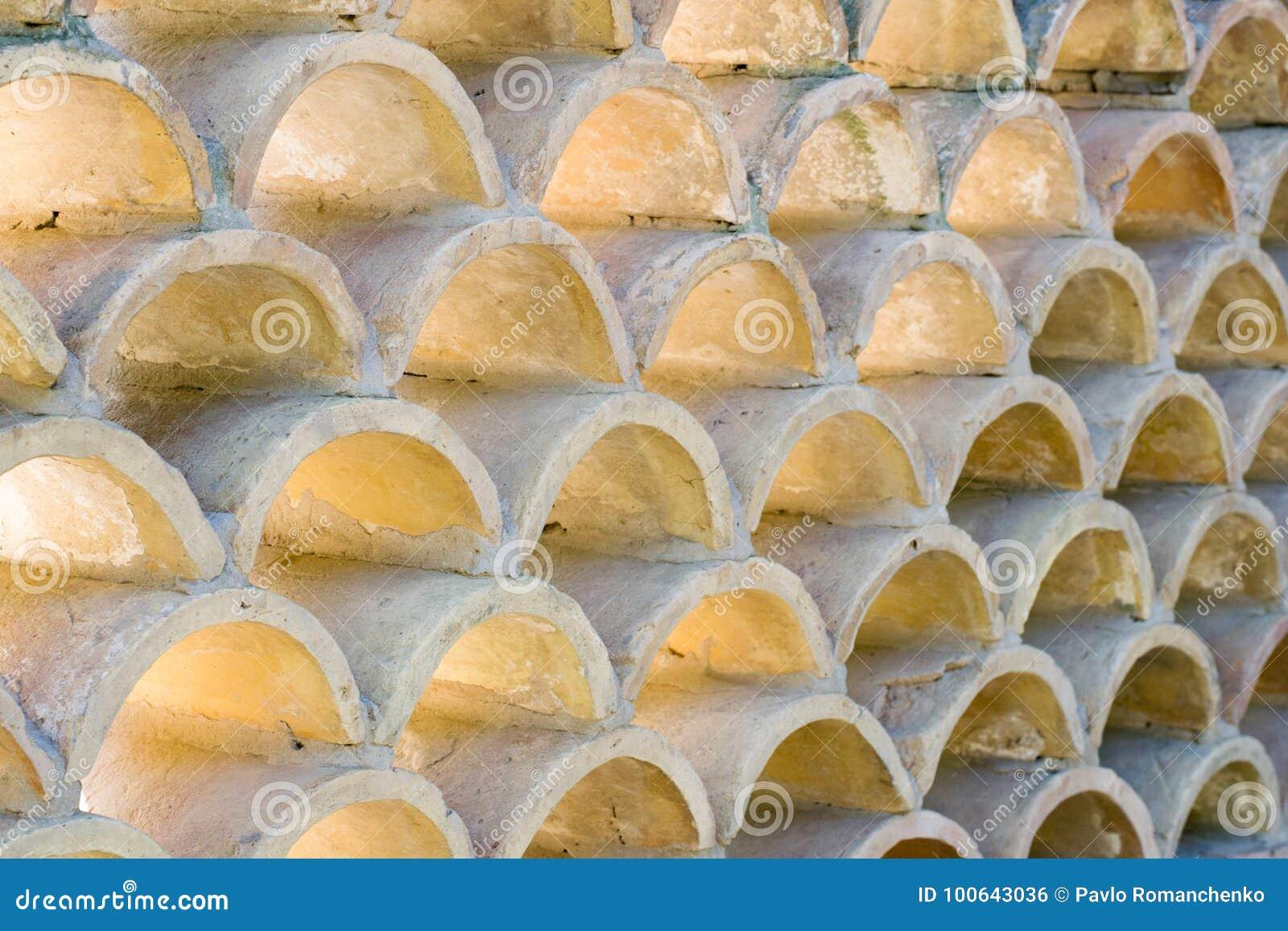 Wiederholung von den kleinen Bögen gemacht vom Beton, verwendet als Gebäudewanddekoration, Hintergrund