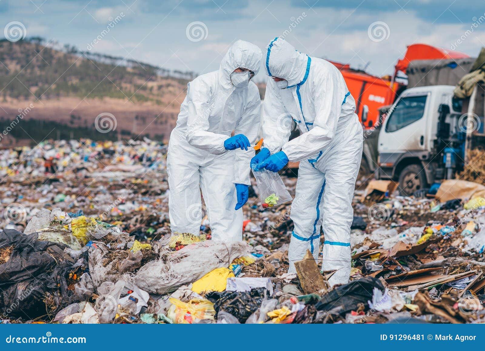 Wiederverwertung von den Arbeitskräften, die auf der Müllgrube erforschen