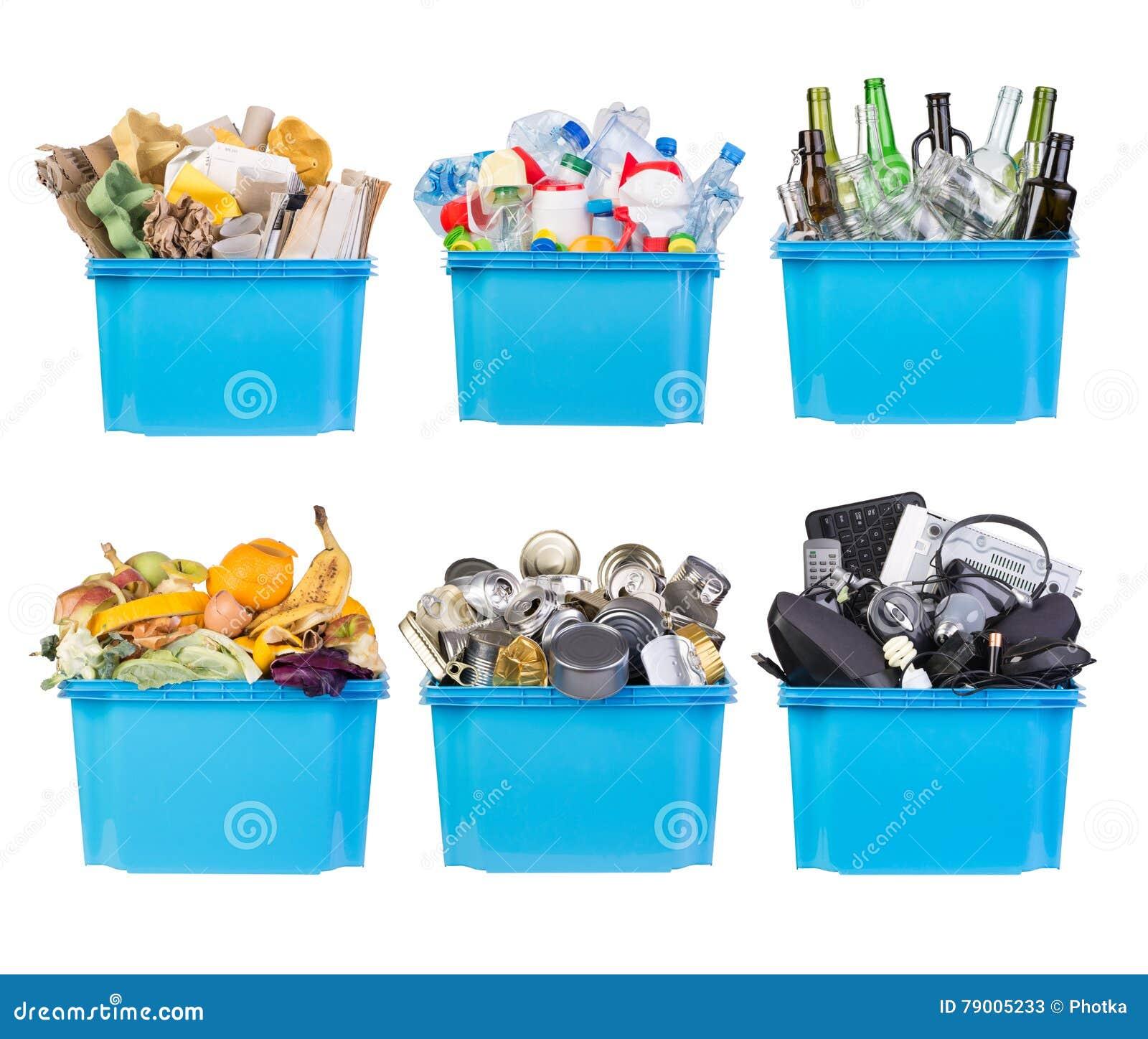 Wiederverwertungsbehälter mit Papier, Plastik, Glas, Metall, organischem und Elektronikschrott lokalisiert auf Weiß