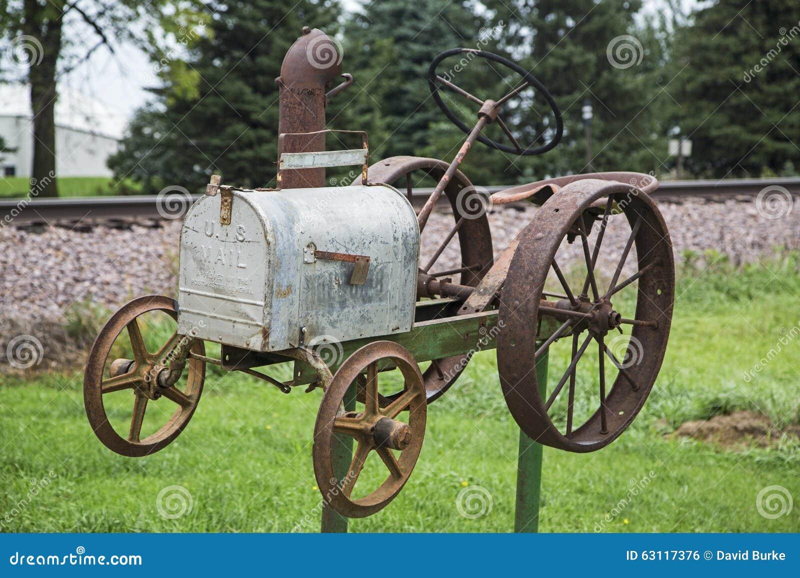 Wiejscy skrzynka pocztowa ciągnika tory szynowi