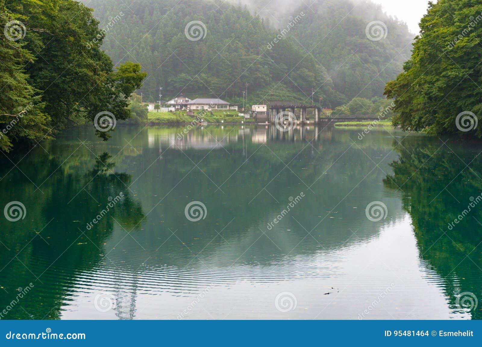 Wiejski japończyka krajobraz mała wioska w jeziorze i lesie