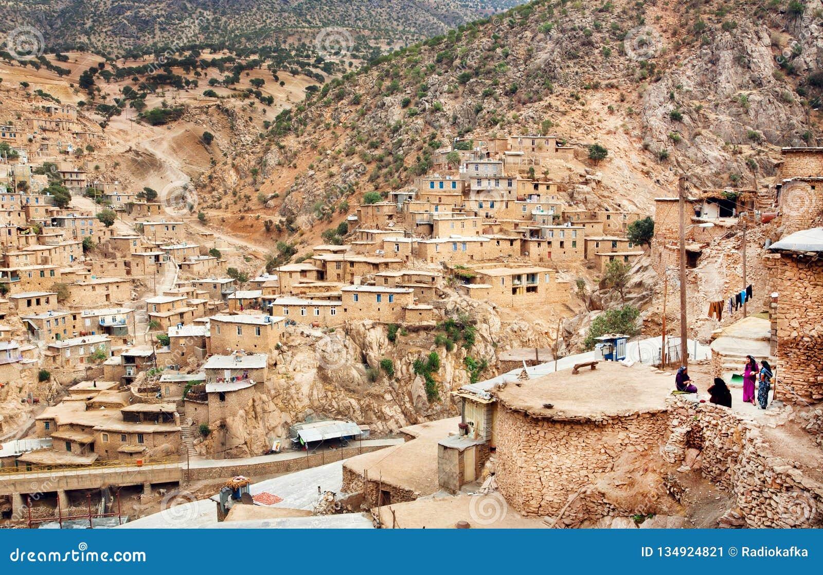 Wiejski kobiet spotykać plenerowy w małej górskiej wiosce z biednymi glinianymi domami