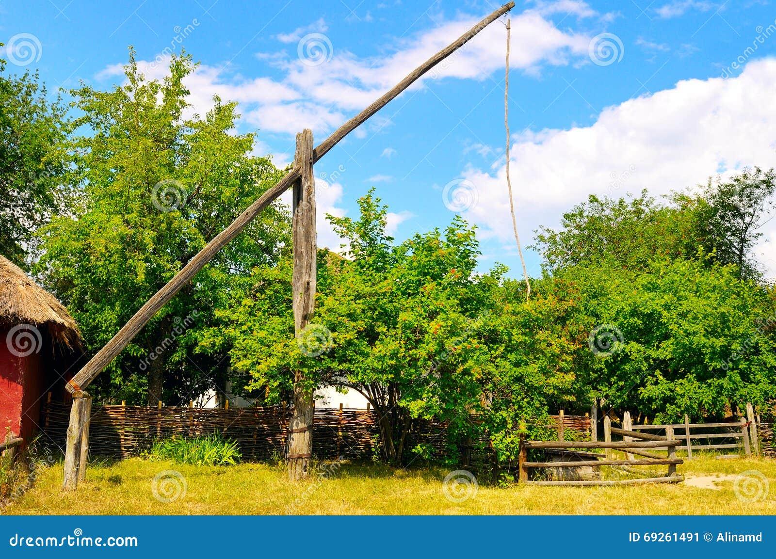 Wiejski krajobraz z well żuraw