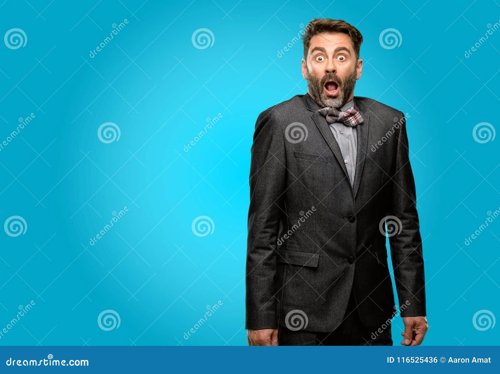 Wieka średniego mężczyzna jest ubranym kostium