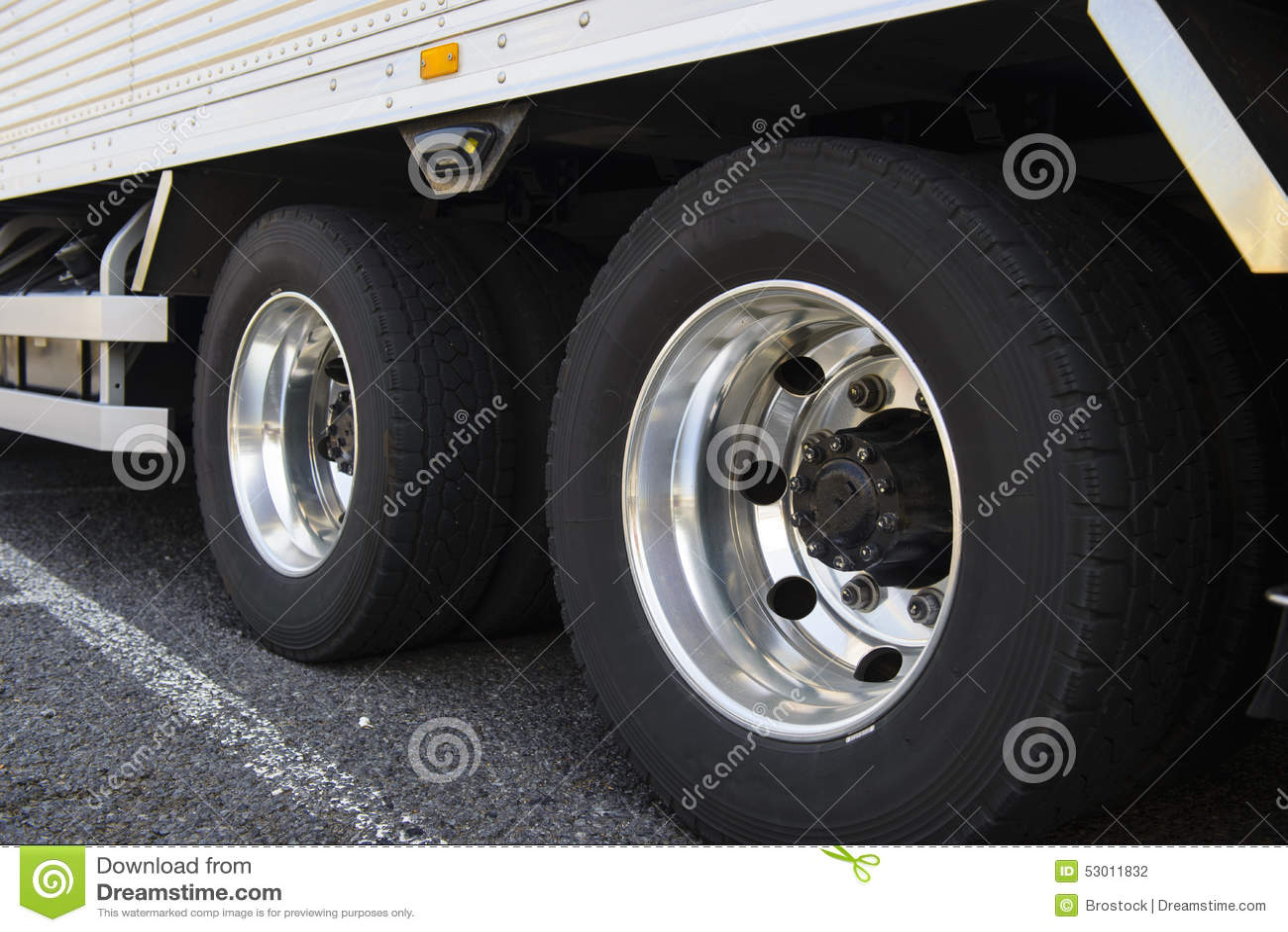 Wiel van grote vrachtwagen