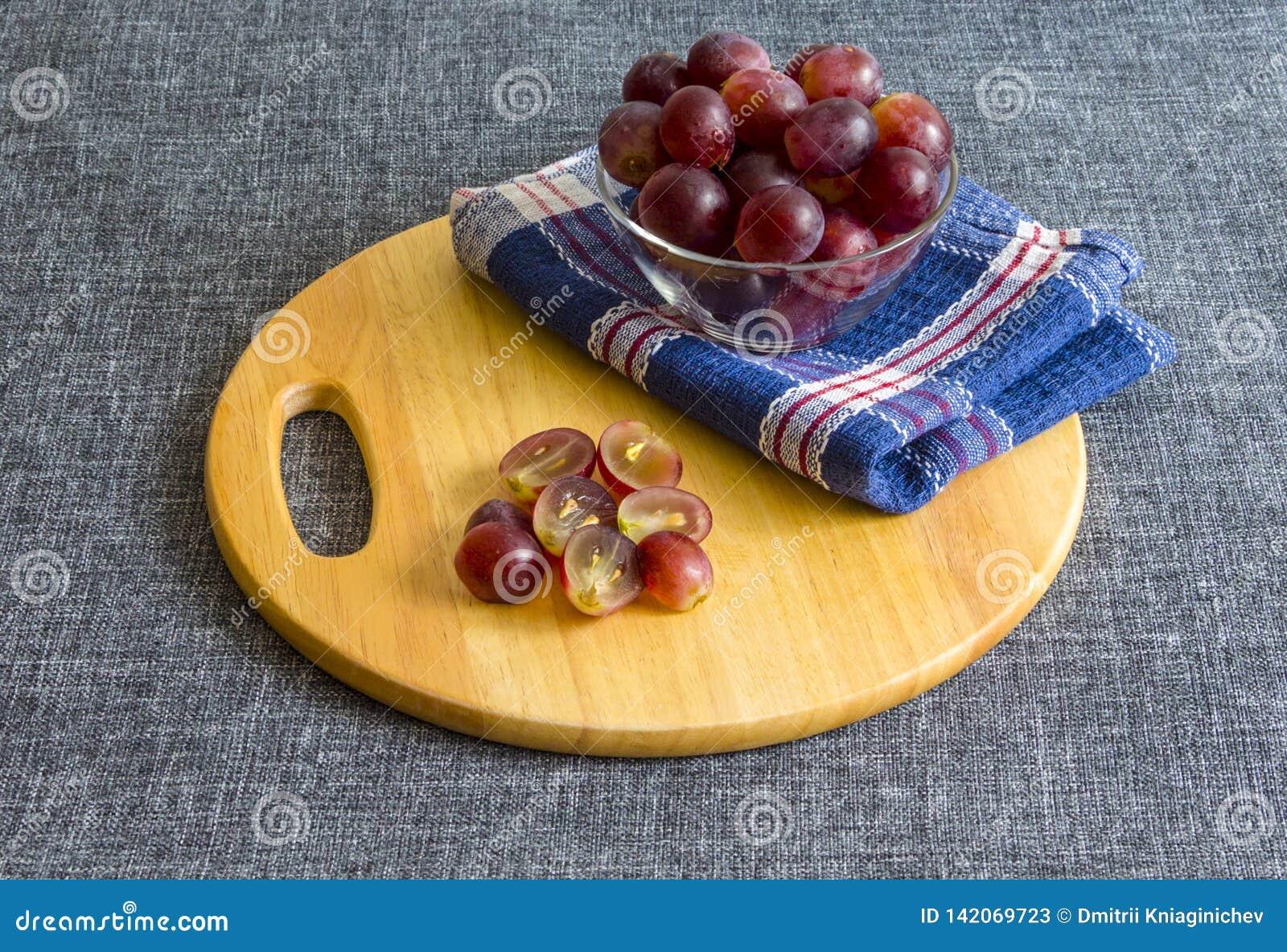 Wielcy winogrona w szklanym pucharze, siekający winogrona