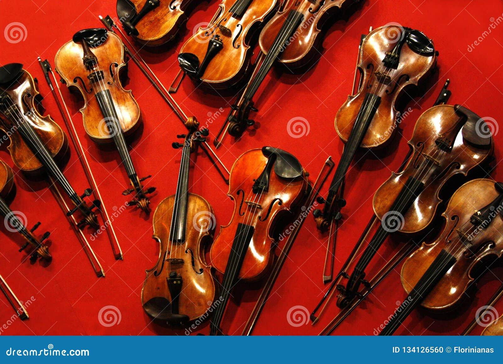 Wiele łęki na czerwonym tle i skrzypce